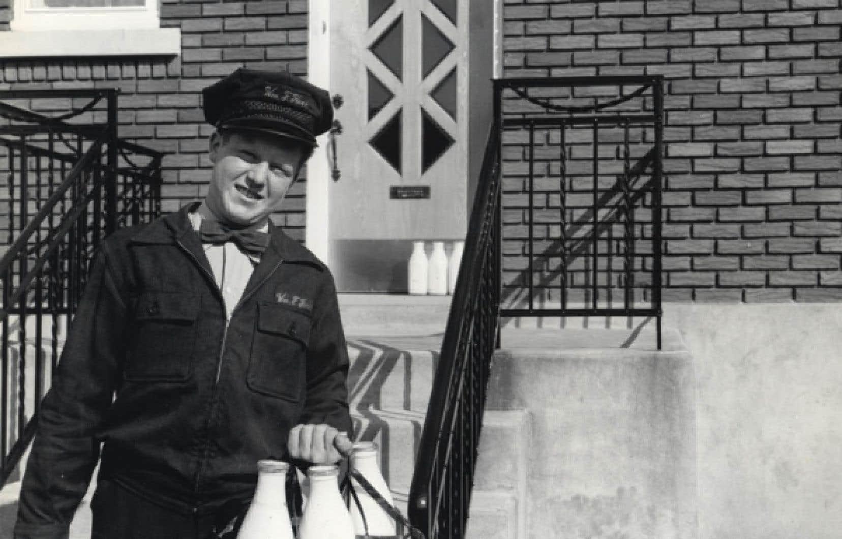 Le laitier William J. Kerr, devant une résidence d'Ahuntsic. L'Écomusée a recueilli le témoignage de M. Kerr dans une vidéo diffusée dans l'exposition. <br />