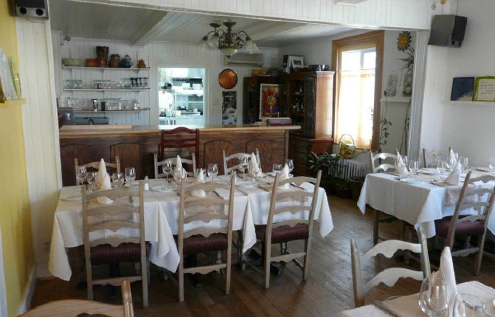 Dans l'agréable maison centenaire de style canadien où loge Le 51, la salle à manger d'une quarantaine de places est divisée en trois sections qui favorisent l'intimité.<br />