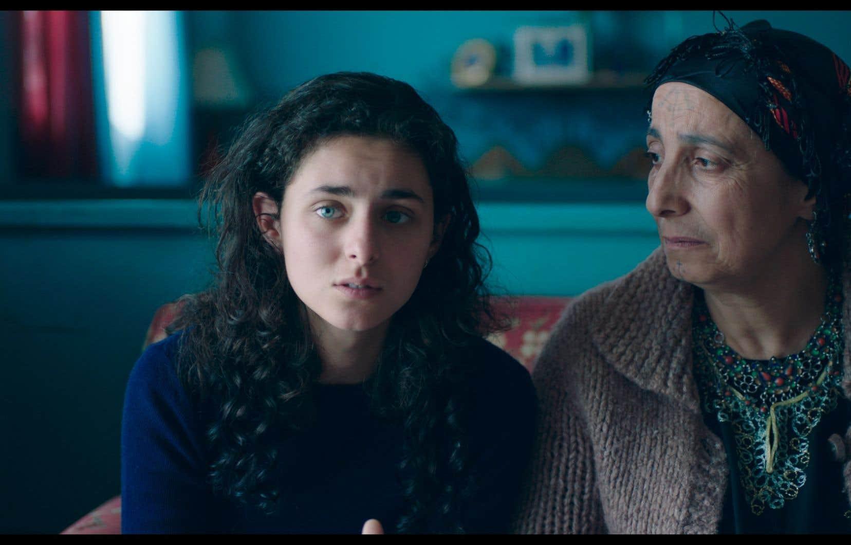«Antigone» nous fait pénétrer dans la vie d'une famille établie à Montréal, venue d'un Moyen-Orient indéterminé ravagé par la guerre.