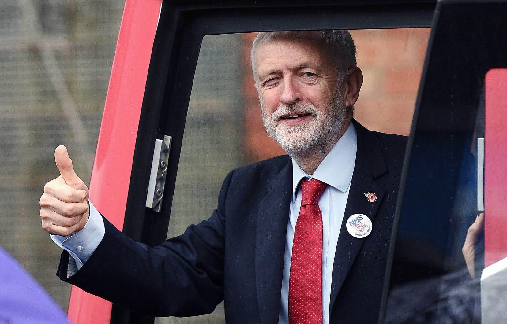 Le chef travailliste britannique, Jeremy Corbyn, a présenté son autobus de campagne à la presse, jeudi, à Liverpool.