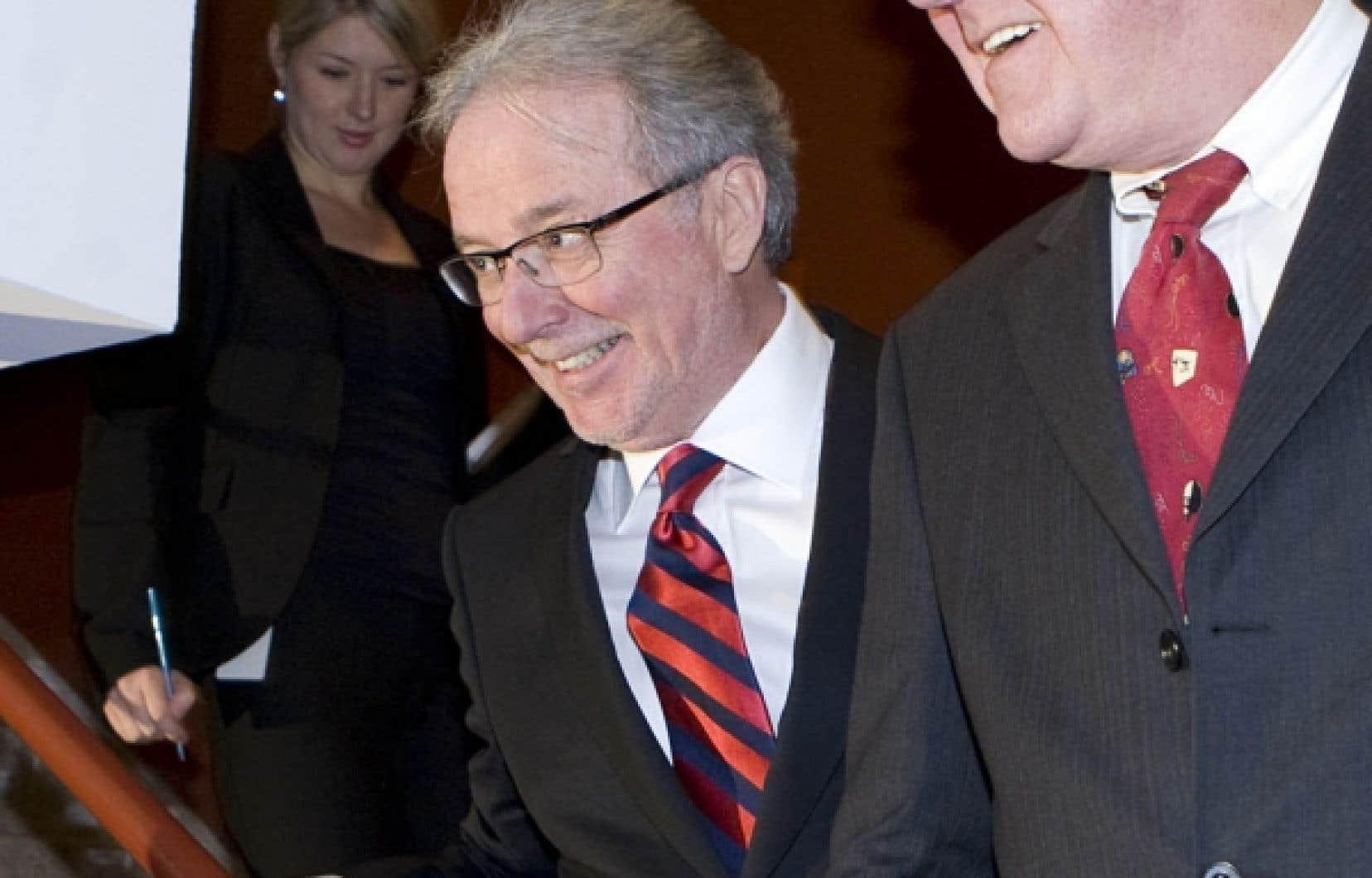 Arrivé ex æquo avec son rival au scrutin, le Dr Charles Bernard (à gauche) a été finalement choisi grâce à un tirage au sort. À droite, le p.-d.g. sortant, le Dr Yves Lamontagne.<br />