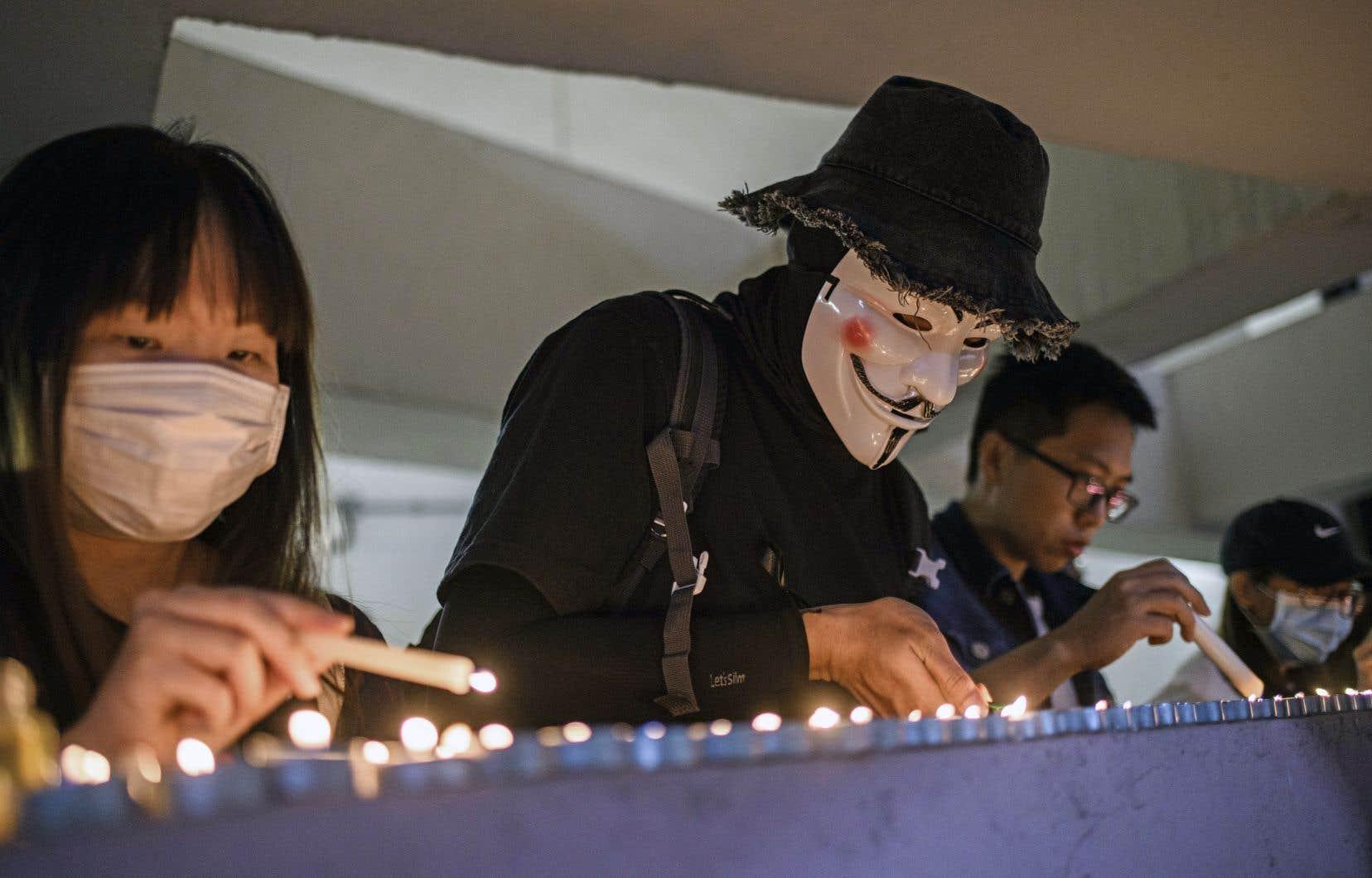 Les militants se sont rassemblés pour rendre hommage à Alex Chow, décédé vendredi.