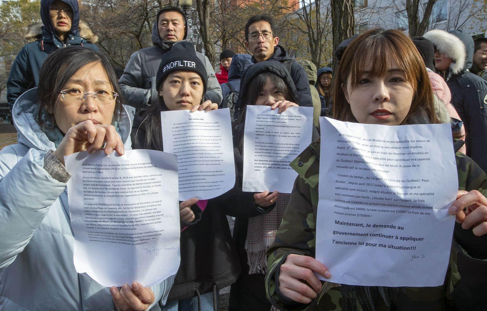 Vendredi matin, des étudiants étrangers s'étaient réunis Place de la Paix, à Montréal, pour manifester leur opposition au règlement et réclamer le retour au système qui prévalait jusqu'à présent. En fin de journée, le gouvernement a annoncé qu'il suspendait son règlement.