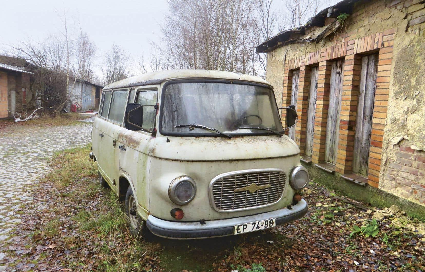 Minibus Barkas, sans doute abandonné, devant une ancienne menuiserie à Francfort-sur-l'Oder. La plaque d'immatriculation est encore celle de la RDA.