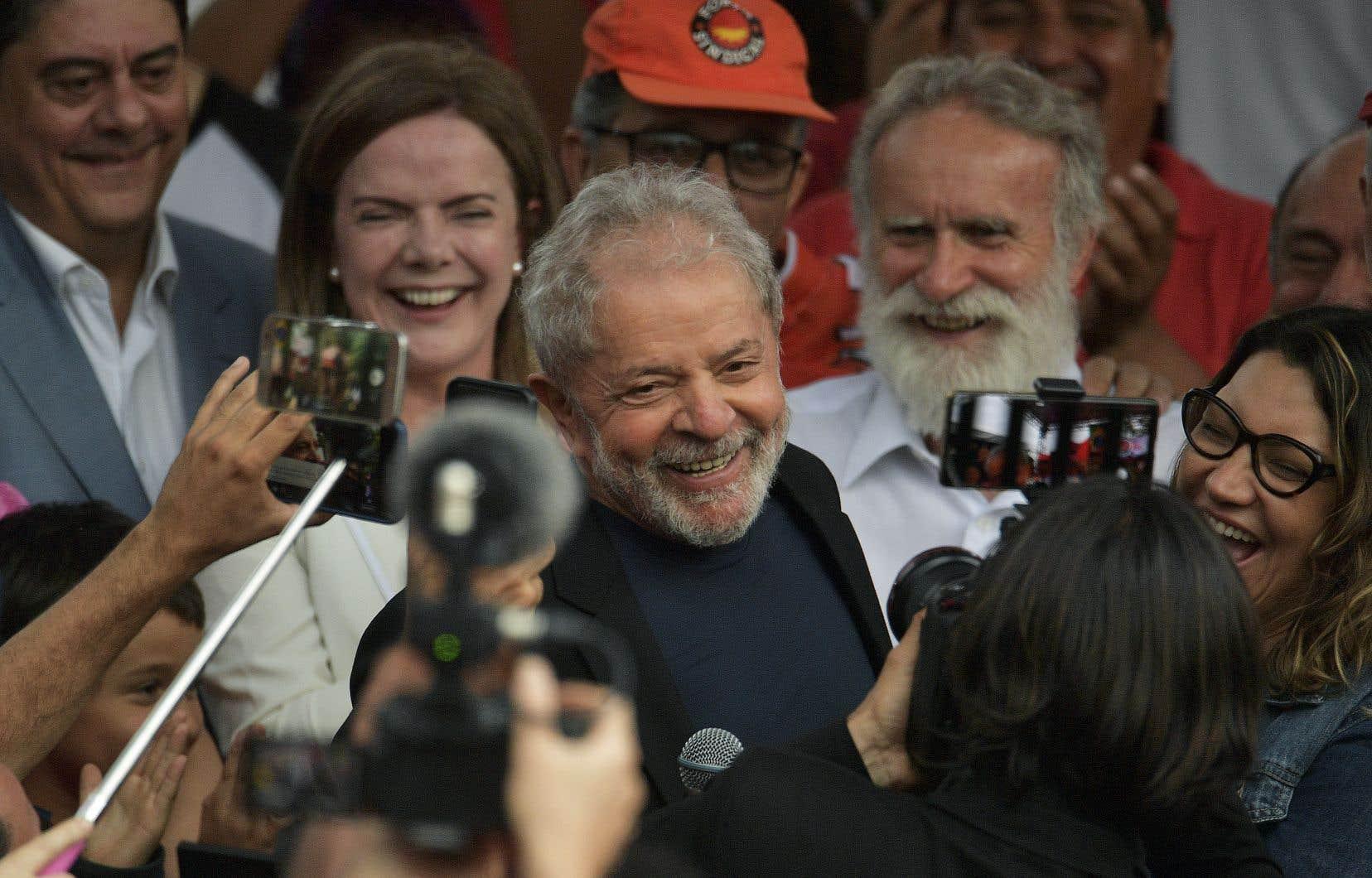 À son arrivée, Lula, libre depuis moins de 24heures, s'est livré à des embrassades chaleureuses avec de nombreux proches, des sympathisants et même des journalistes.