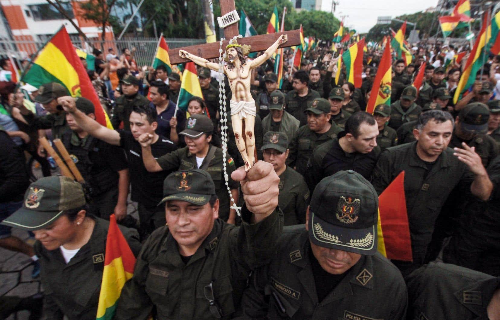 Les forces de l'ordre bolivienne se sont joints aux manifestations populaires.