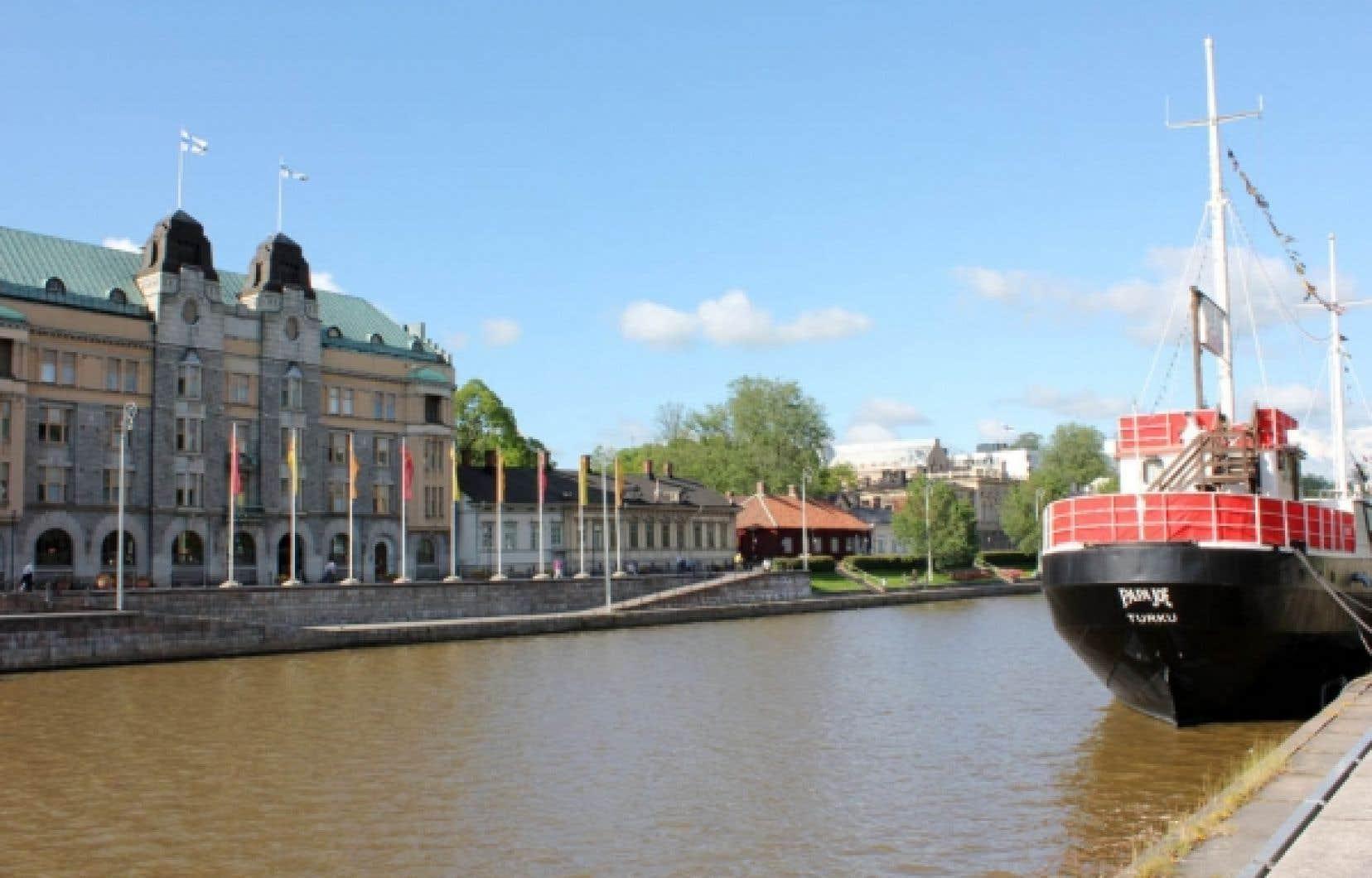Le fleuve Aura, qui se jette dans la Baltique, est grandement responsable du charme de Turku.<br />