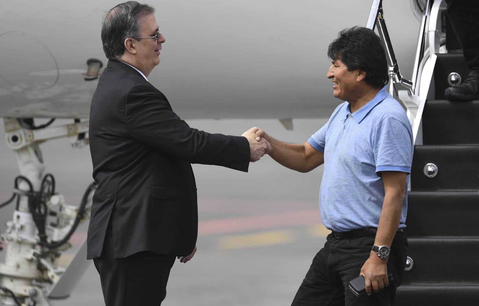 En polo bleu ciel et en jeans, très souriant, Evo Morales a serré la main du chef de la diplomatie mexicaine, Marcelo Ebrard, venu l'accueillir.