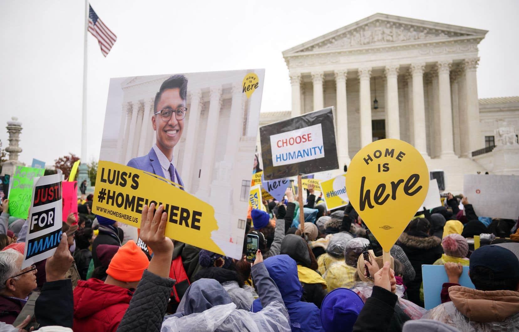 Des manifestants opposés à l'abolition du programme DACA ont fait entendre leur point de vue, mardi, devant la Cour suprême des États-Unis.