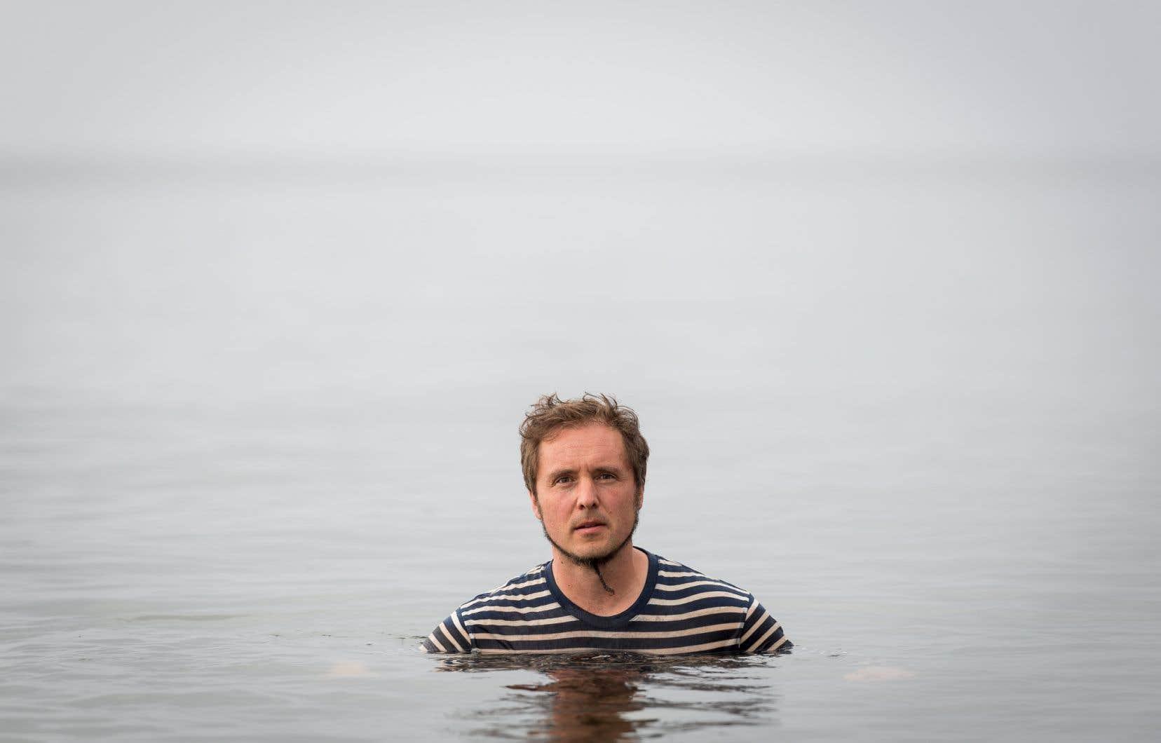 La chanson-titre du dernier album de Guillaume Arsenault est pleine d'oiseaux qui pépient au-dessus d'un grand filet de pickings acoustiques, surplombant une plage de piano électrique et de trombone.