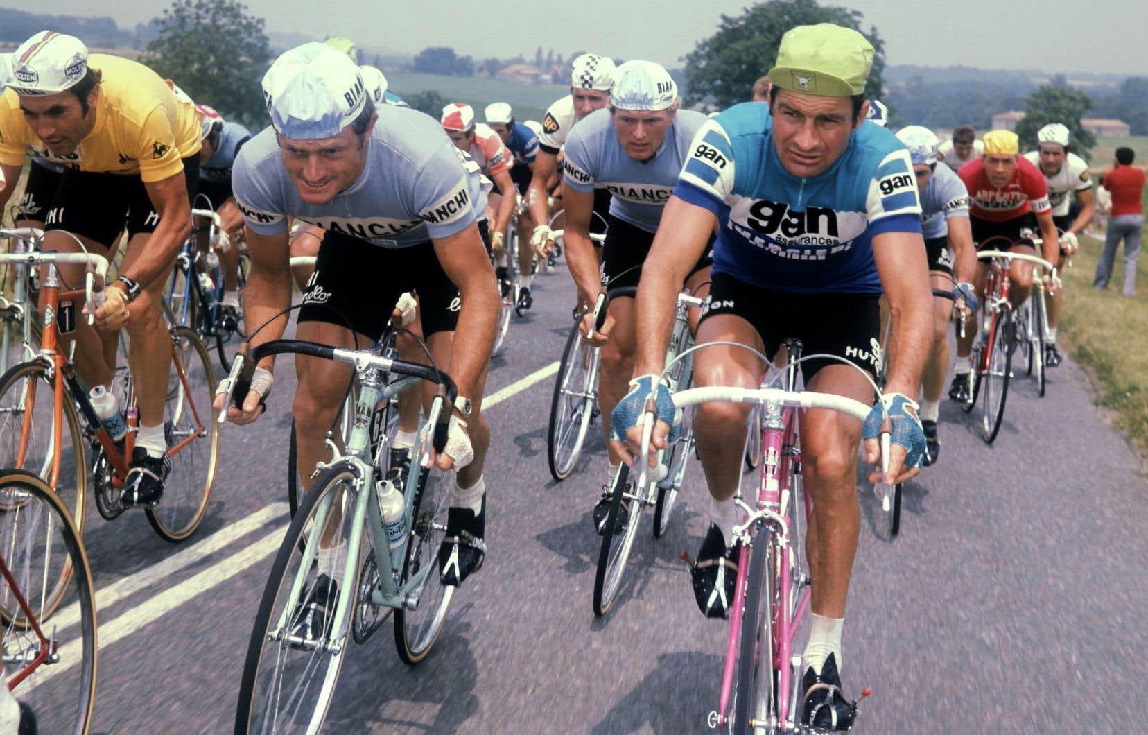 Coureur au palmarès remarquable, Raymond Poulidor (à droite) a été à huit reprises sur le podium final du tour de France entre 1962 et 1976.