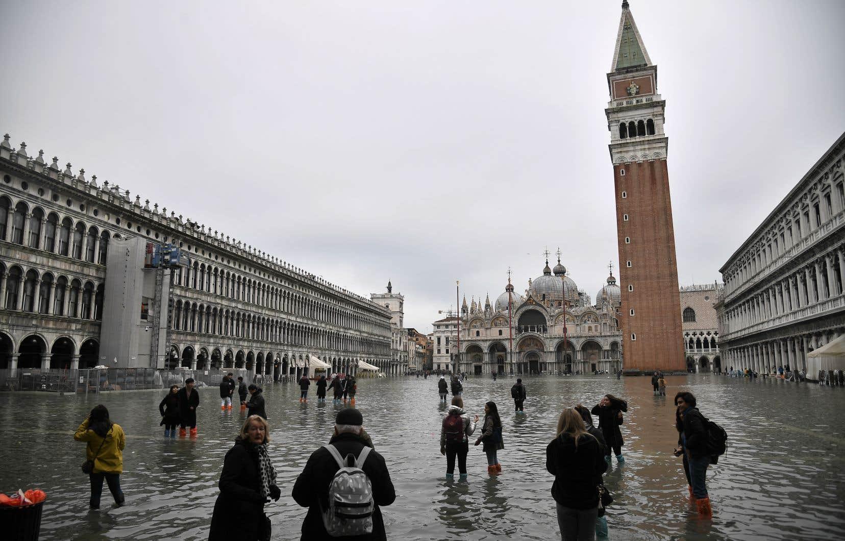 <p>Venise est régulièrement touchée par le phénomène des «acque alte», pics de marées particulièrement prononcés qui provoquent la submersion d'une partie plus ou moins grande de la zone urbaine insulaire.</p>