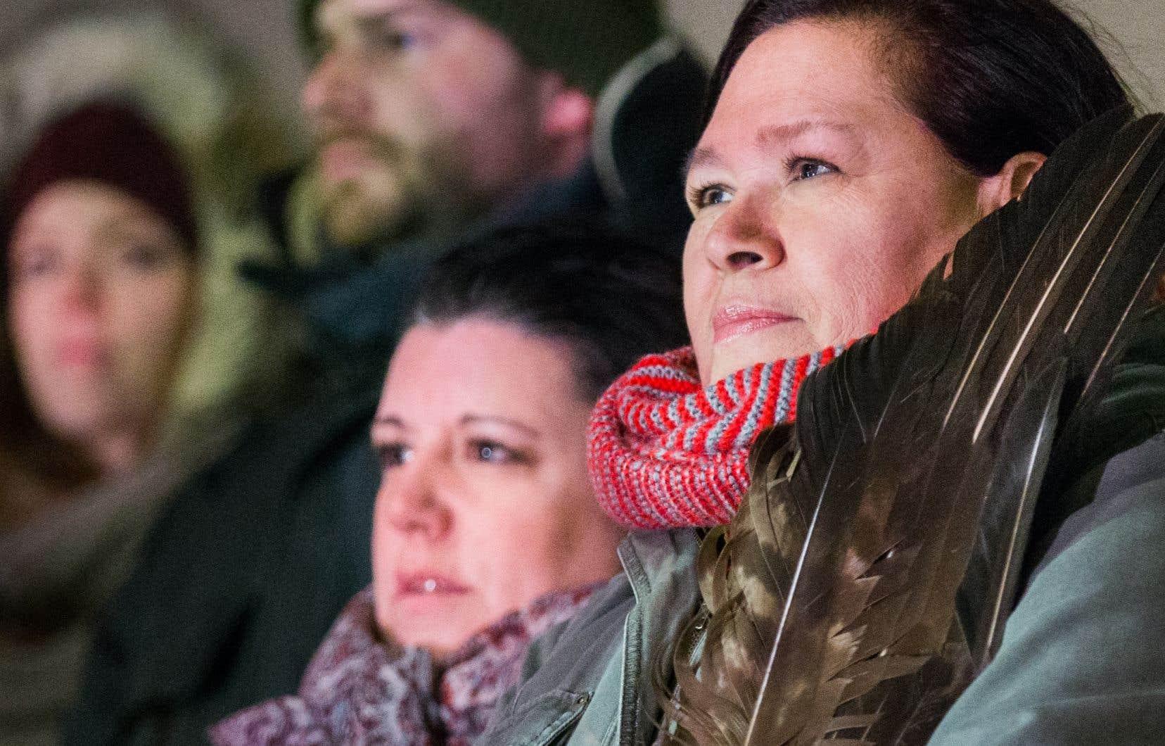 Une vigile en soutien aux femmes autochtones  de Val-d'Or. Selon la chercheuse,  les questions  de droits fondamentaux,  le respect et la dignité doivent redevenir les points centraux du discours.