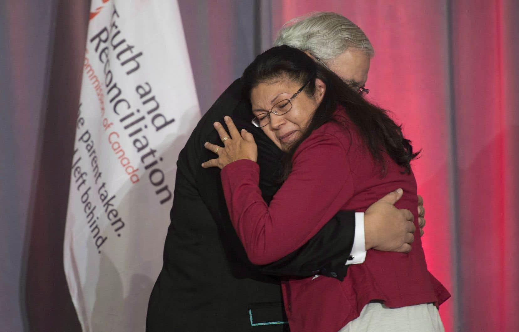 Le juge Murray Sinclair, qui présidait  la Commission sur la vérité et la réconciliation du Canada, étreint ici Madeleine Basile après son témoignage lors de la présentation  du rapport final. À la suite du dépôt  du rapport, en décembre2015, beaucoup de fondations ont aussi compris l'urgence de bâtir des ponts avec les communautés autochtones.