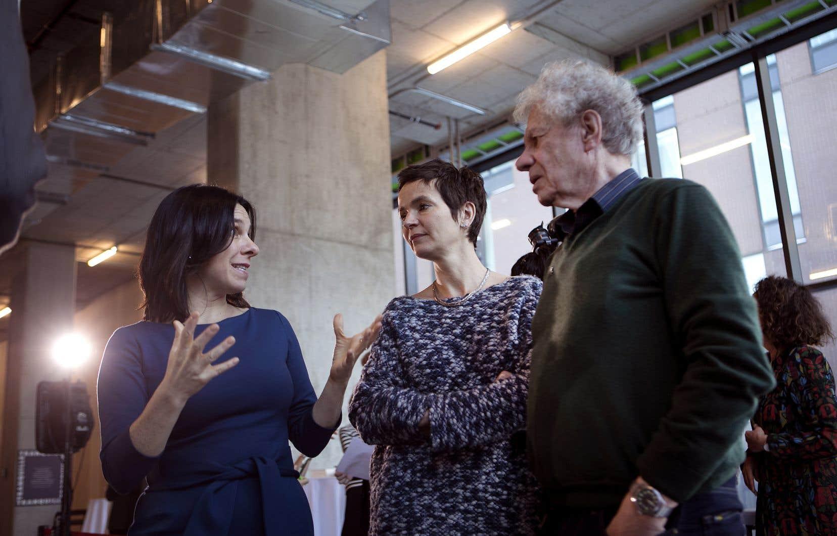 La mairesse de Montréal, Valérie Plante, discutant avec l'écrivaine et cinéaste Anaïs Barbeau-Lavalette et avec l'écrivain Yves Beauchemin lors de l'annonce de l'esplanade Tranquille, mercredi.