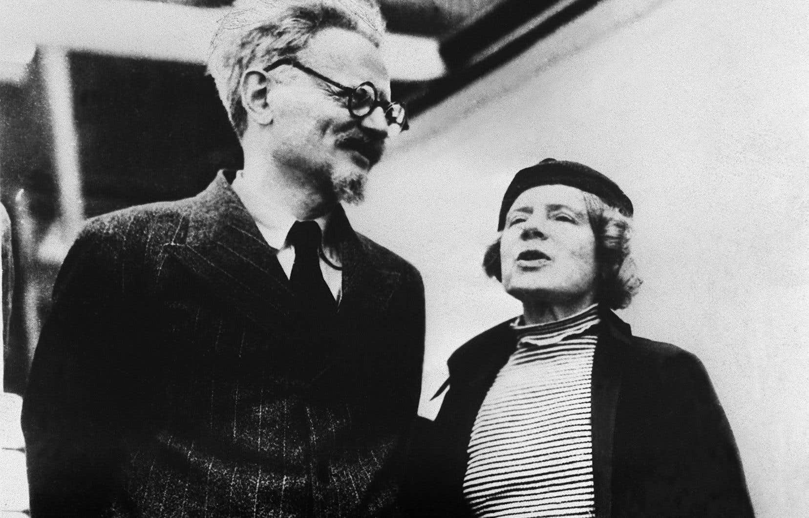 Cette photo d'archives prise le 1er juillet 1937 montre Léon Trotski et sa femme Natalia Sedova en exil, venant de trouver refuge à Mexico.