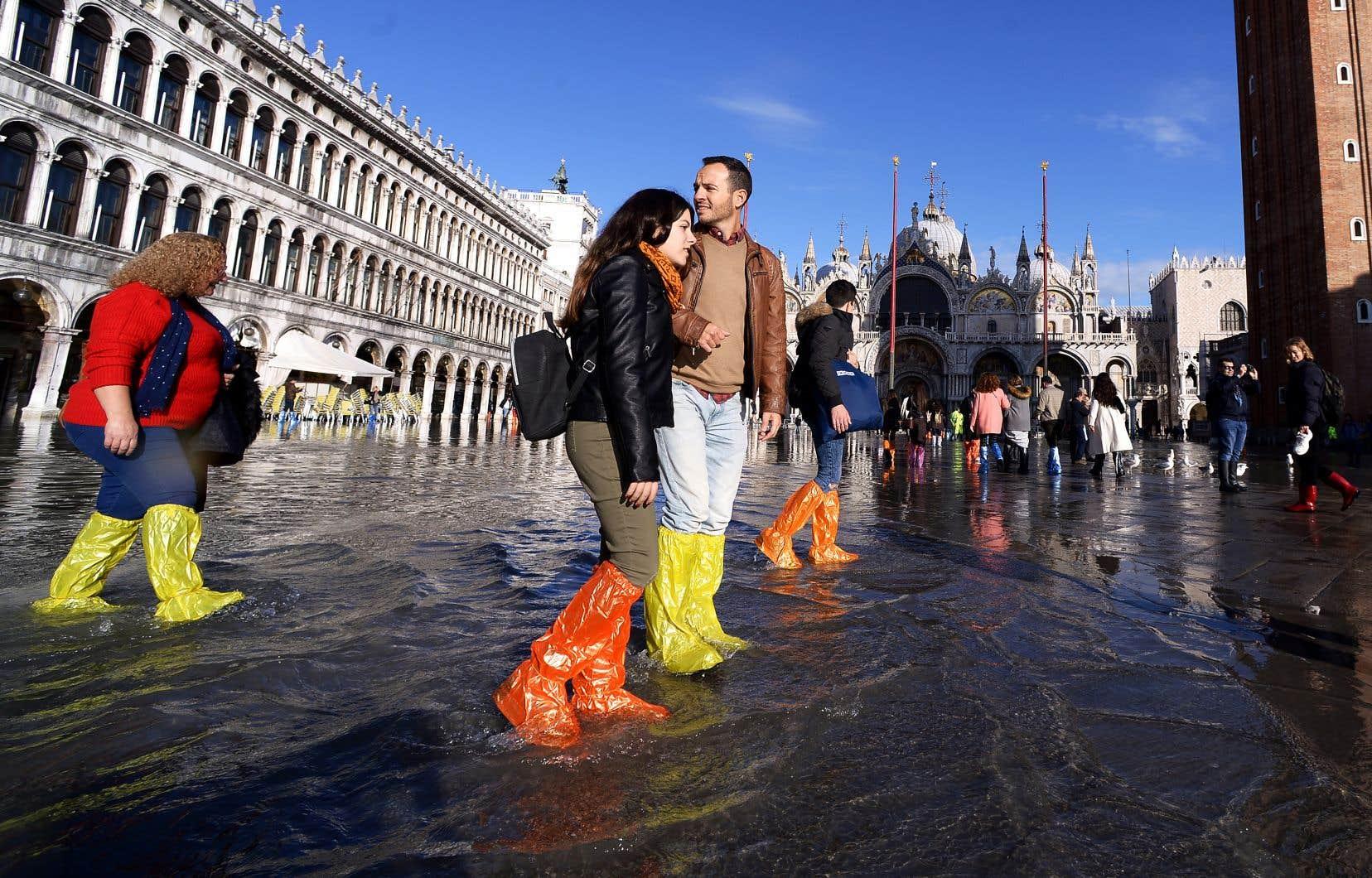 La situation était nettement moins tendue jeudi sur la place Saint-Marc, où des touristes insouciants s'amusaient à patauger, bottes orange, bleues ou jaunes aux pieds.