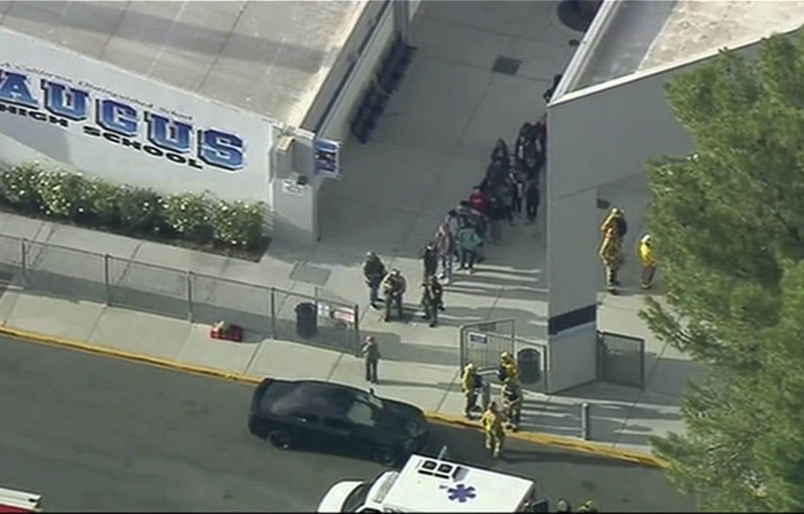 Au moins sept personnes ont été atteintes par balle jeudi après l'irruption d'un tireur à l'école secondaire Saugus, dans la ville de Santa Clarita, non loin de Los Angeles.
