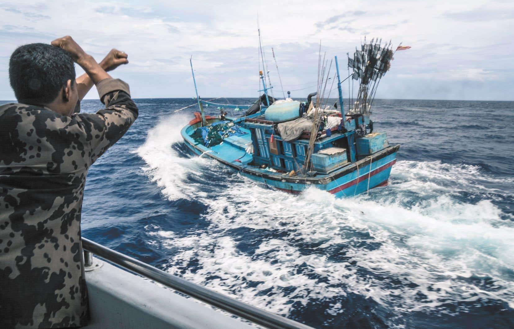 Un bateau de pêche vietnamien surpris à braconner dans les eaux indonésiennes reçoit l'ordre de s'arrêter.