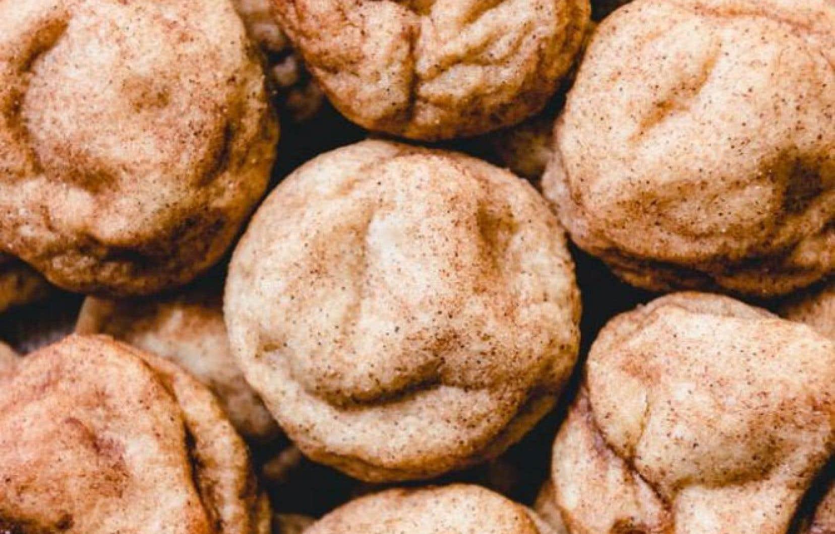 Cuire les biscuits une fois surgelés sur une plaque à biscuits tapissée de papier parchemin à 350 °F pour environ 15 minutes.
