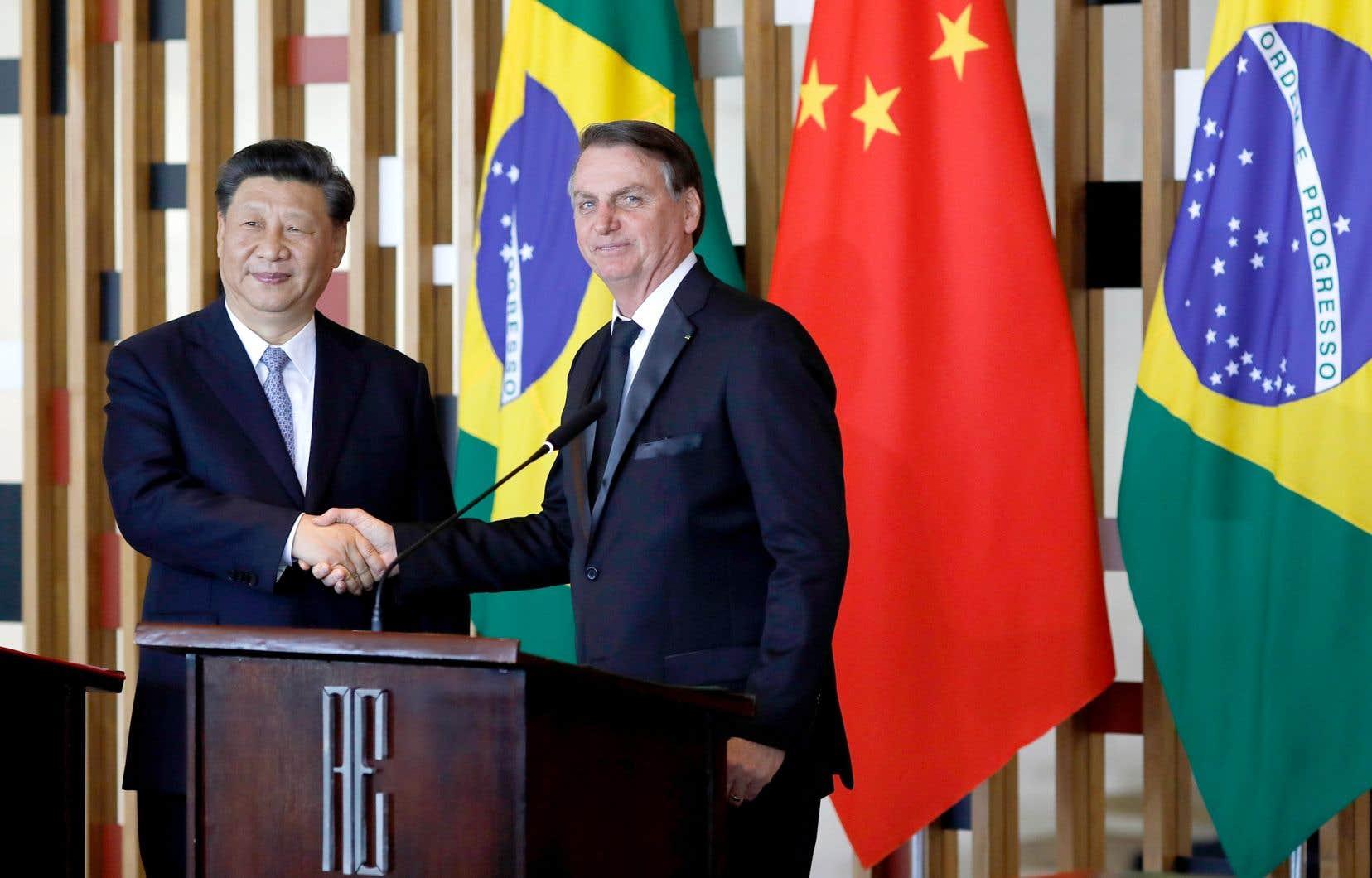 Fervent admirateur de Donald Trump, le président brésilien, Jair Bolsonaro (à droite), a changé radicalement de position à l'égard de la Chine depuis son arrivée au pouvoir en janvier. À ses côtés, le président chinois, Xi Jinping, lors du sommet à Brasília mercredi.