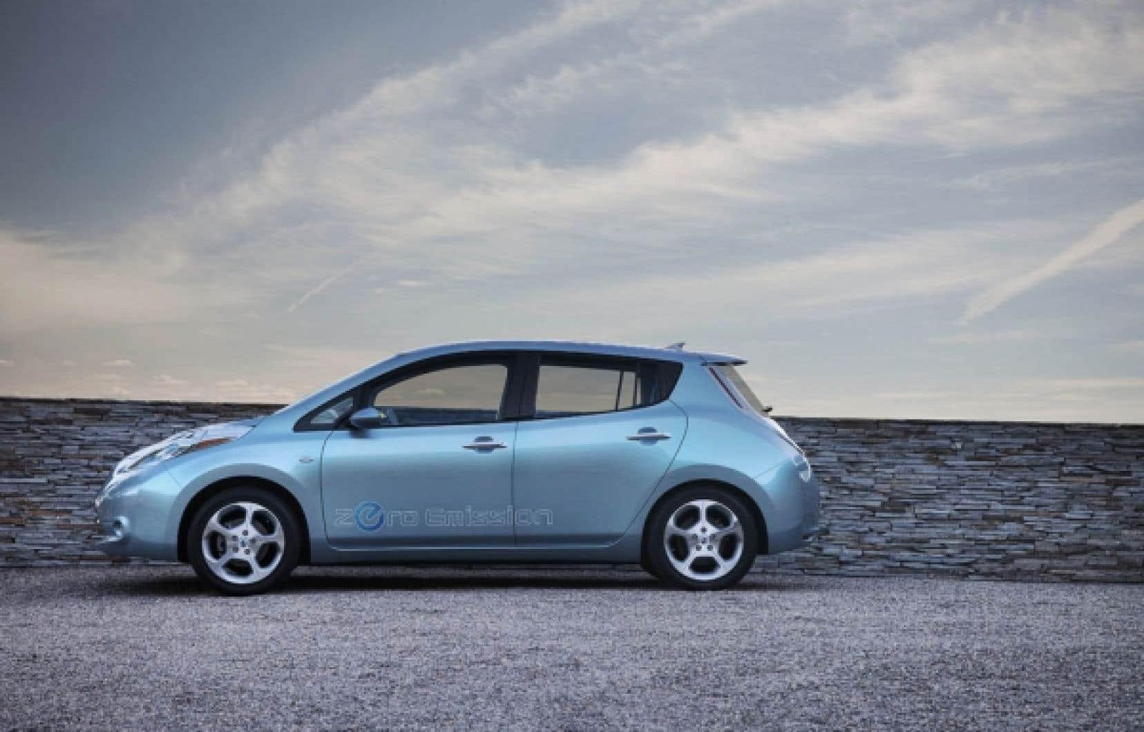 Malgré son design très futuriste, la Nissan LEAF est dotée d'une accélération, d'un espace intérieur et d'une qualité de finition au-dessus de la moyenne des intermédiaires et d'une tenue de route tout à fait acceptable faisant d'elle une voiture électrique qui ne ne dépaysera personne.<br />