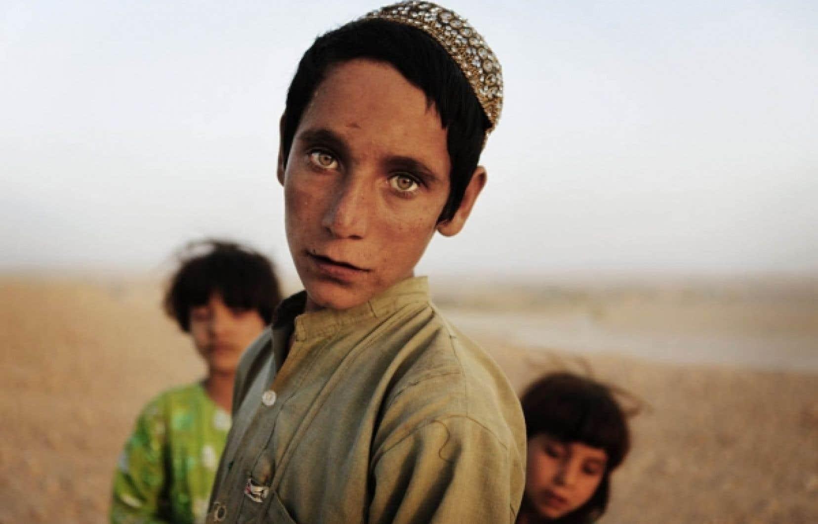 Enfants afghans hier dans la province de Helmand, théâtre des combats les plus violents en Afghanistan.<br />