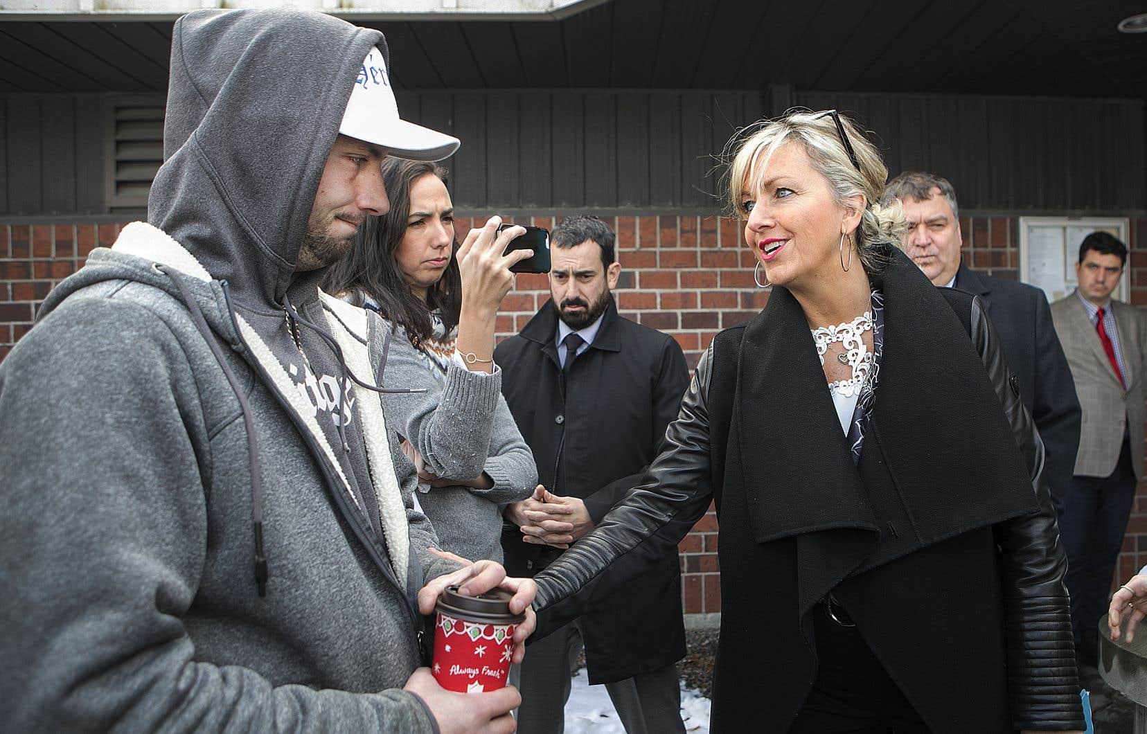 La ministre des Affaires municipales et de l'Habitation, Andrée Laforest,a rencontré des sinistrés vendredi, dont Steven Proulx (à gauche).