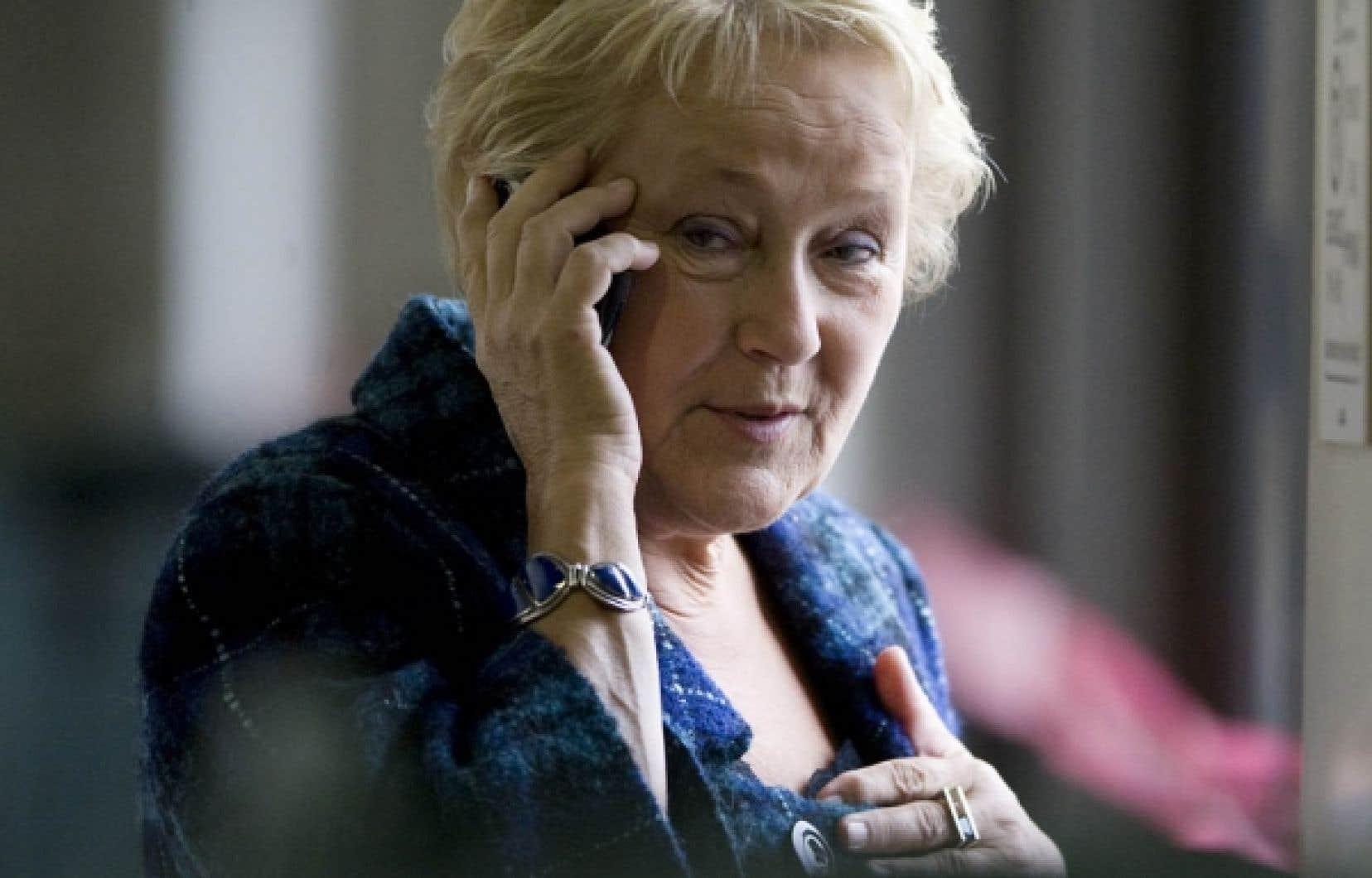 La chef du Parti québécois, Pauline Marois, en conversation téléphonique hier à Saint-Hyacinthe, où se tenait le conseil national du parti. Des militants ont confié au Devoir être inquiets du fait que leur chef ne profite pas à plein de l'impopularité du gouvernement Charest.<br />