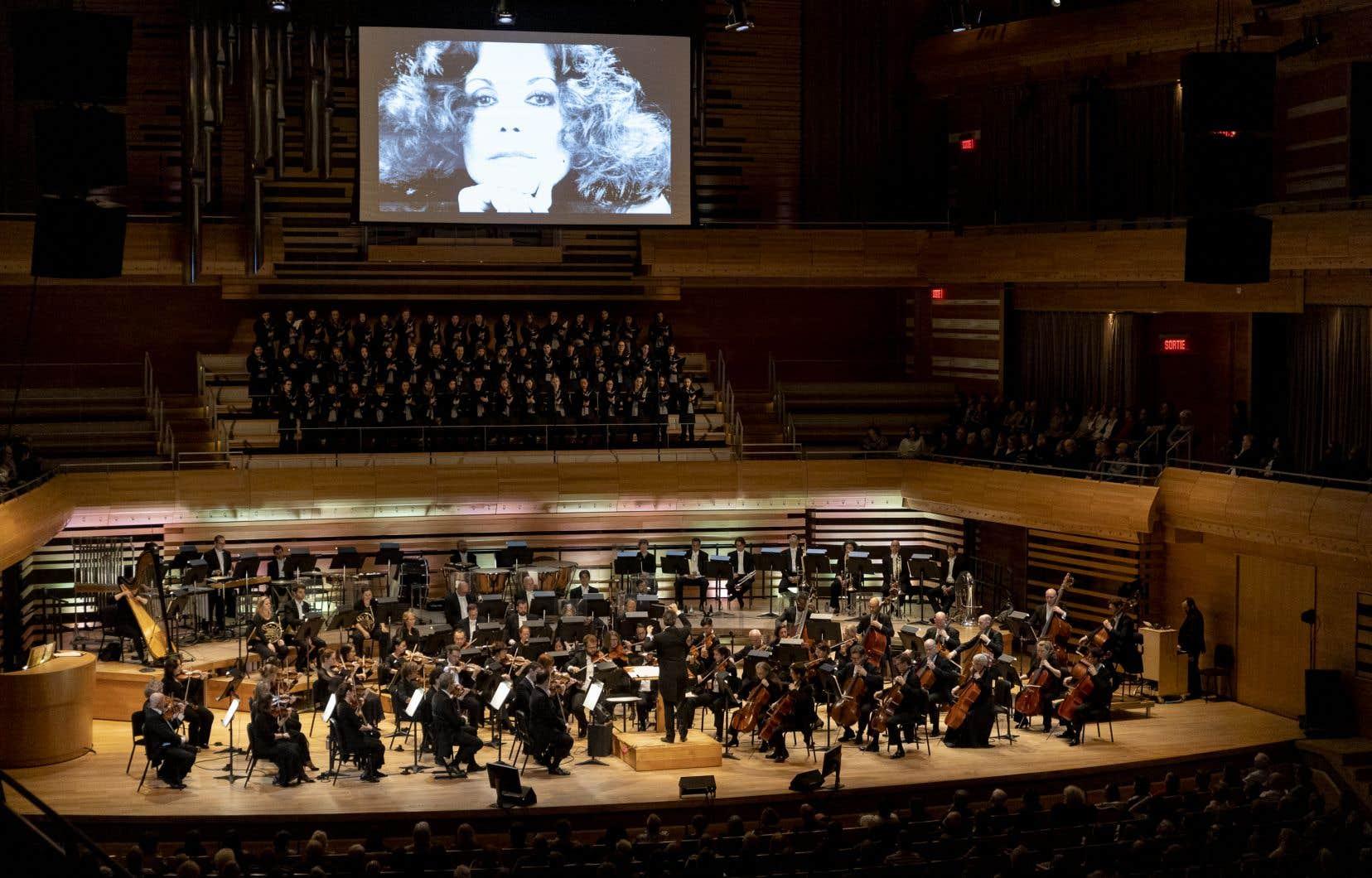Une dizaine de chanteuses, accompagnées de l'Orchestre symphonique de Montréal, ont repris les grands succès que Renée Claude aura chantés durant sa vie.