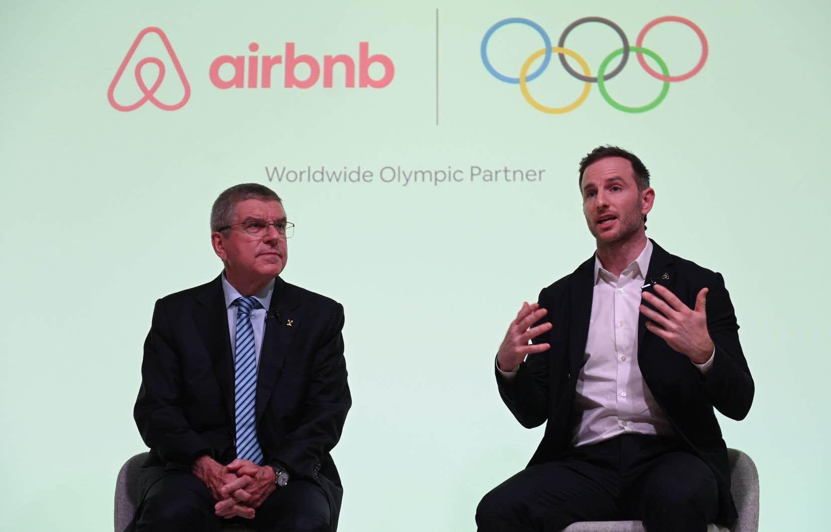 Le président du CIO, Thomas Bach, aux côtés du cofondateur d'Airbnb, Joe Gebbia