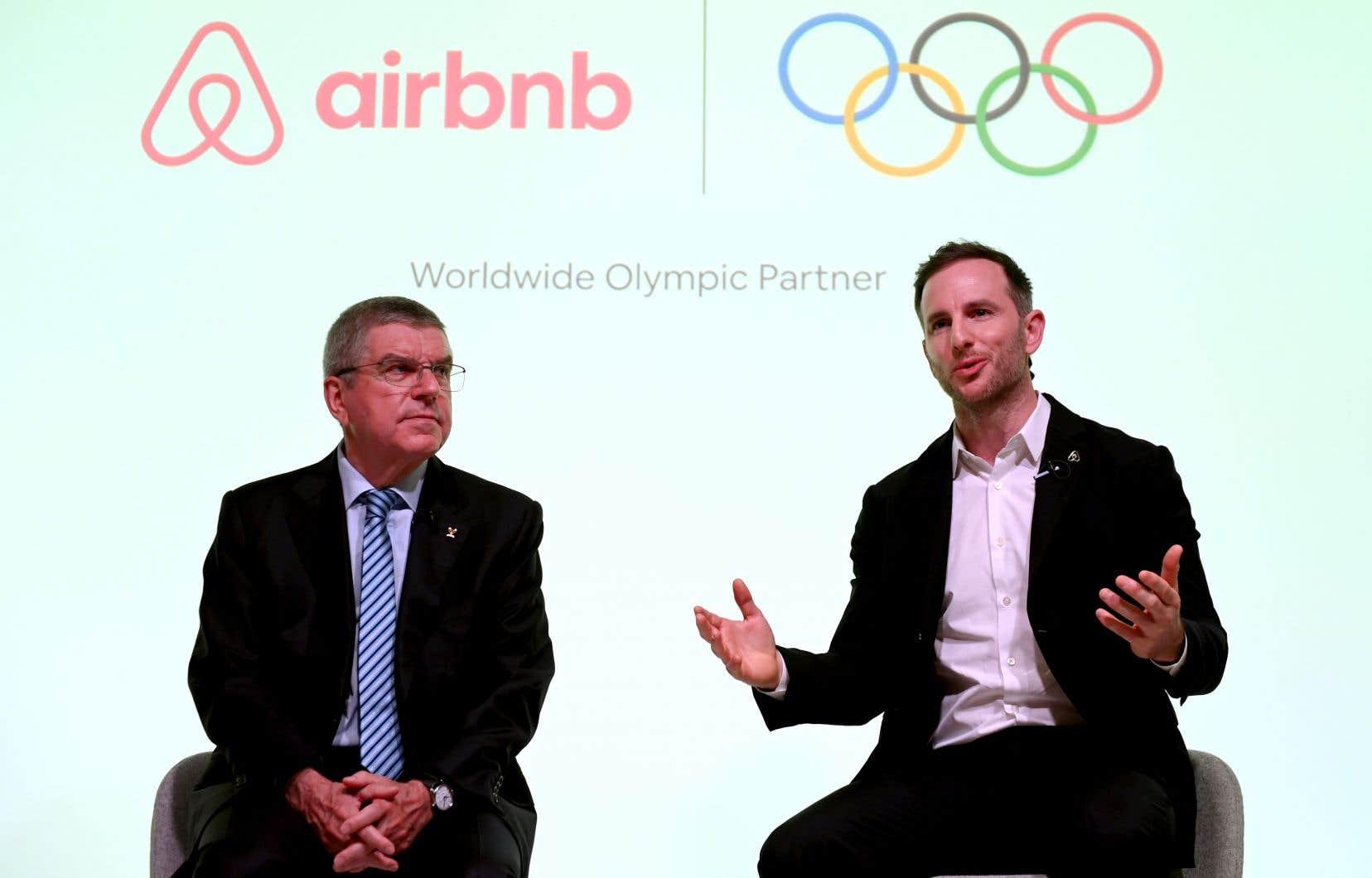 Le président du Comité international olympique (CIO), Thomas Bach (à gauche), et le cofondateur d'Airbnb, Joe Gebbia, prennent la parole lors d'un événement à Londres pour annoncer qu'Airbnb serait l'un des principaux partenaires des Jeux olympiques.