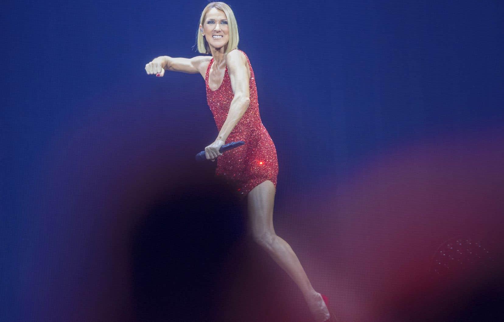 Céline Dion est apparue seule sur scène dans une robe rouge scintillante, en entonnant la très wagnérienne <em>It's All Coming Back to Me Now</em>, lundi soir au Centre Bell.