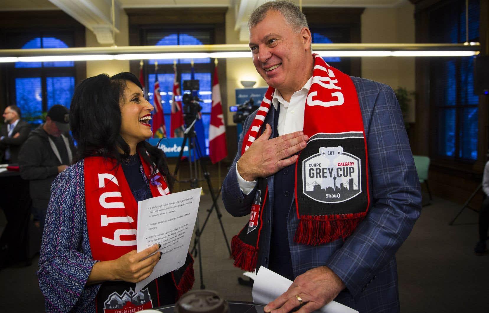 La ministre albertainedu Statut de la femme, Leela Aheer, et le commissaire de la Ligue canadienne de football, Randy Ambrosie