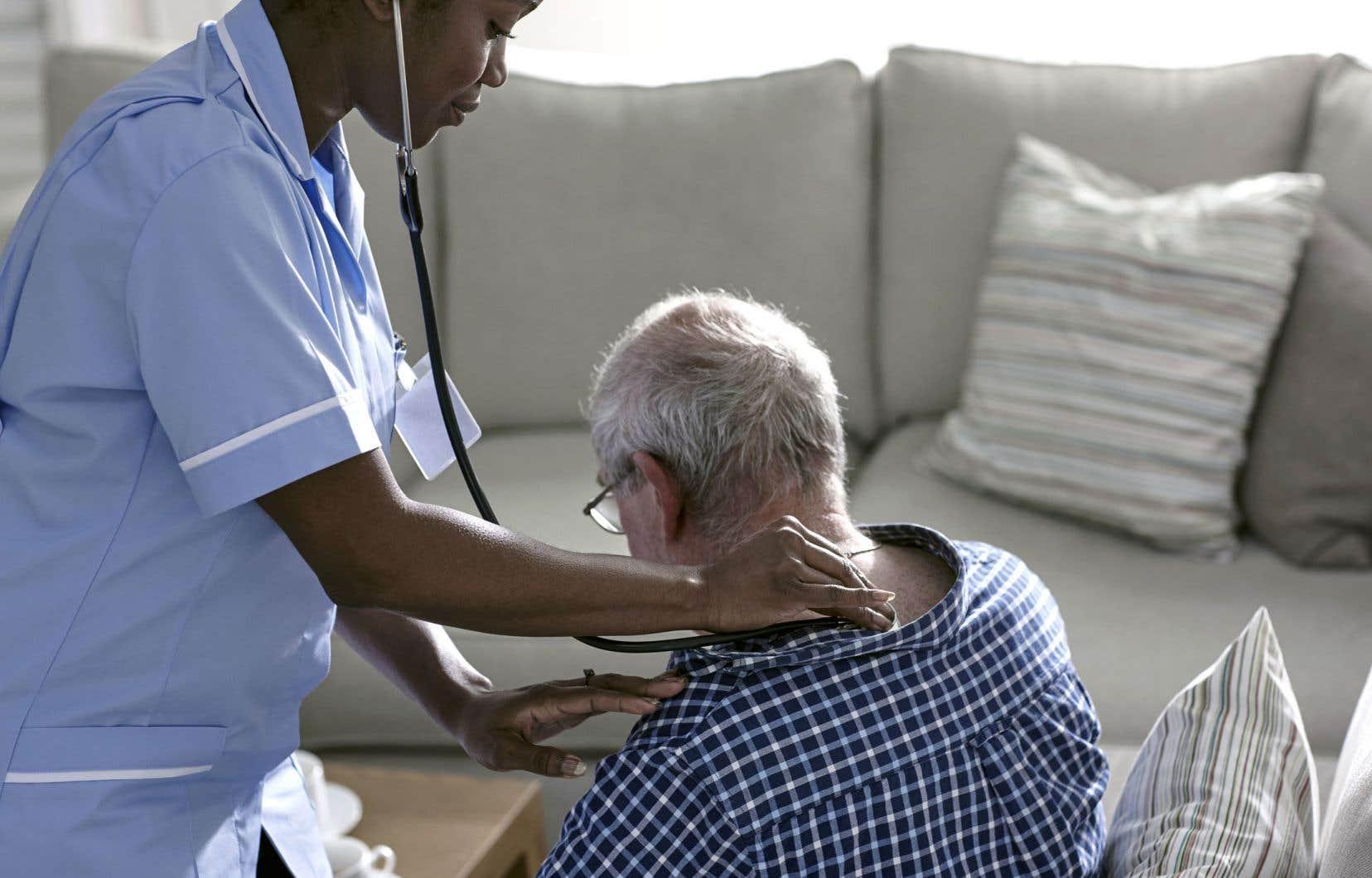 Les soins palliatifs à la maison tardent à être mis en place.