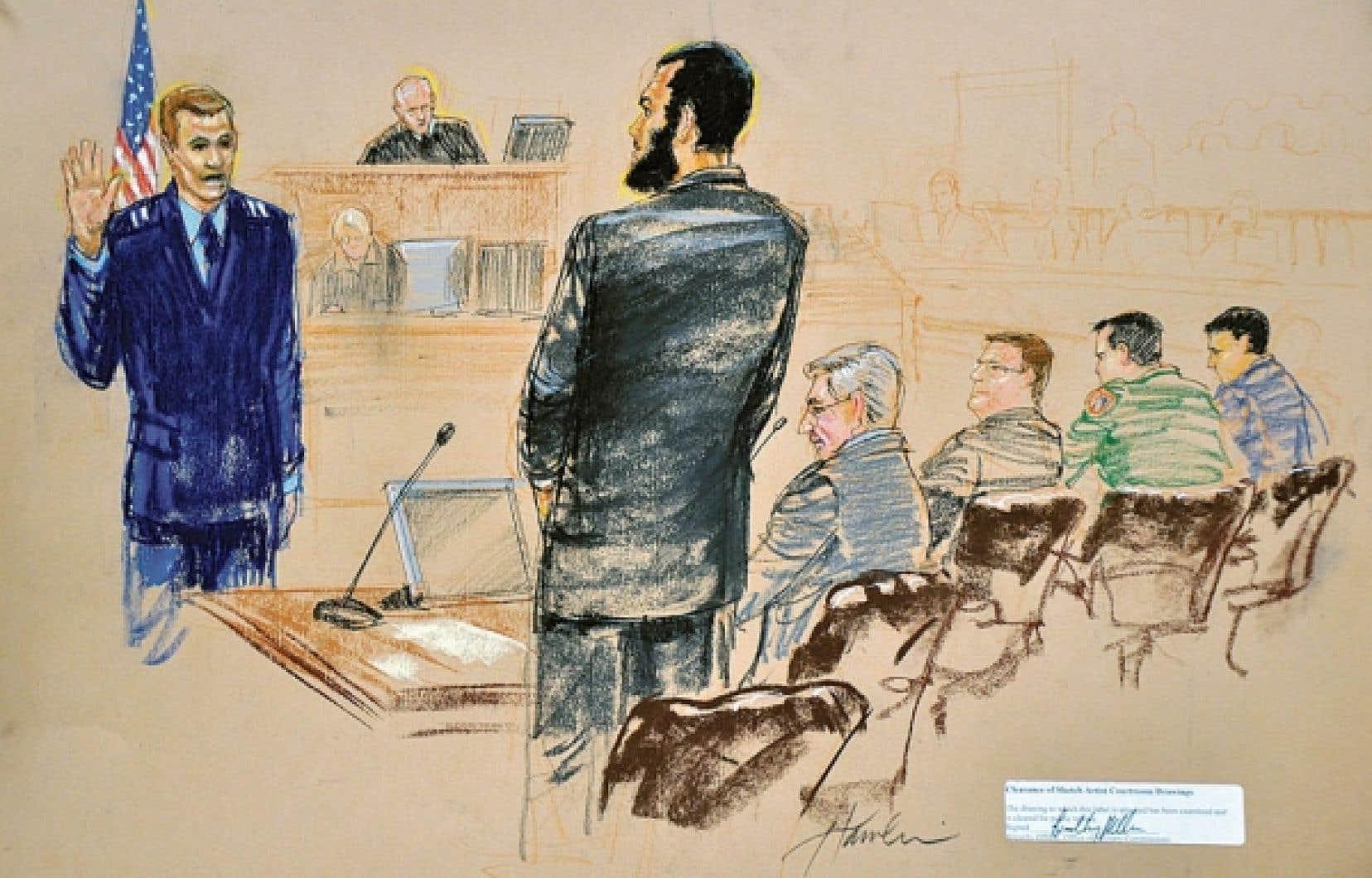 Le Canadien Omar Khadr (au centre) devant le tribunal militaire de Guantánamo, hier. Il s'est reconnu coupable du meurtre d'un soldat américain à la suite d'une entente avec les autorités américaines qui lui vaudra une peine allégée.<br />