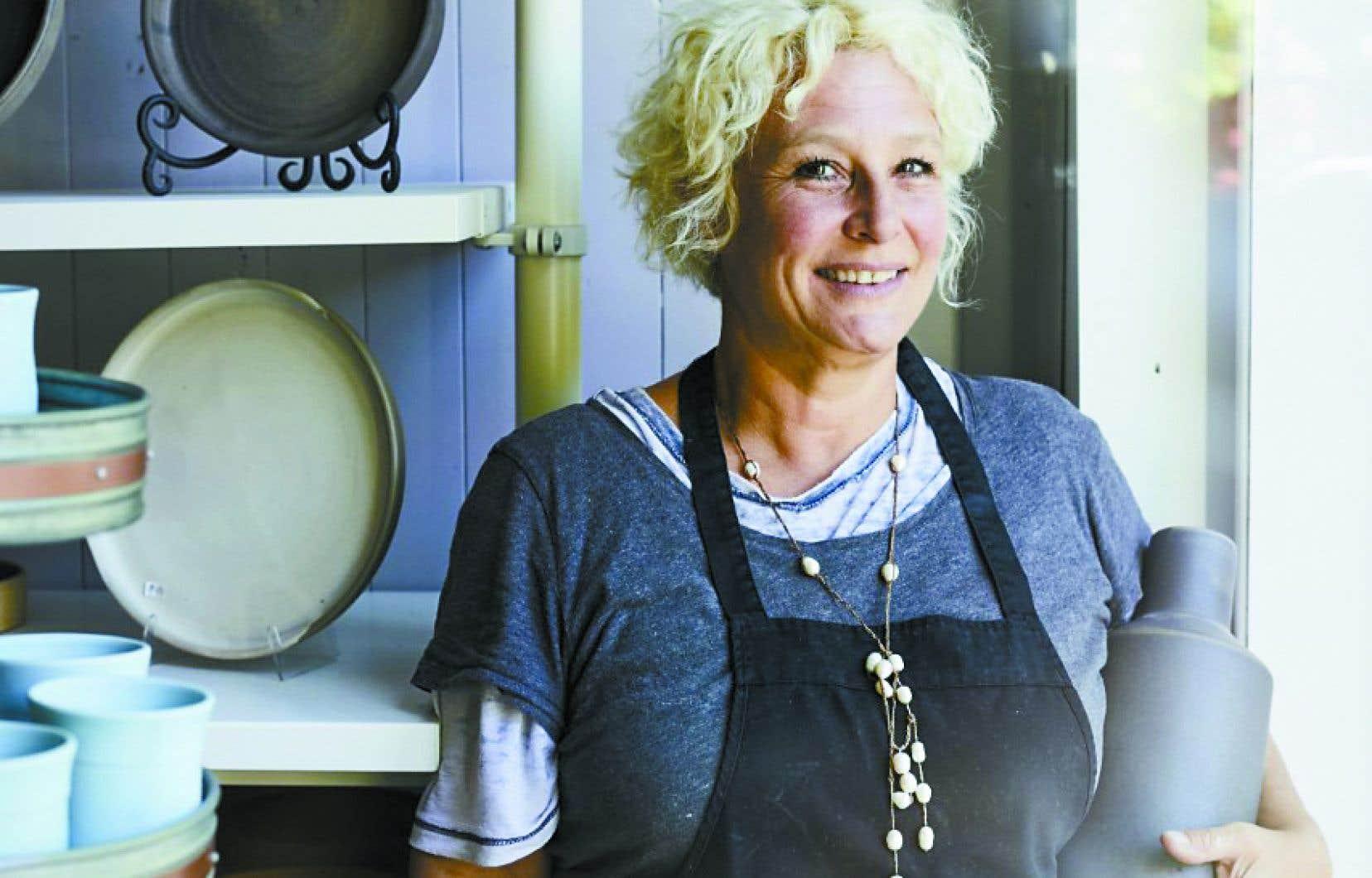 Catherine Auriol dans son atelier-boutique de céramique, Gaïa