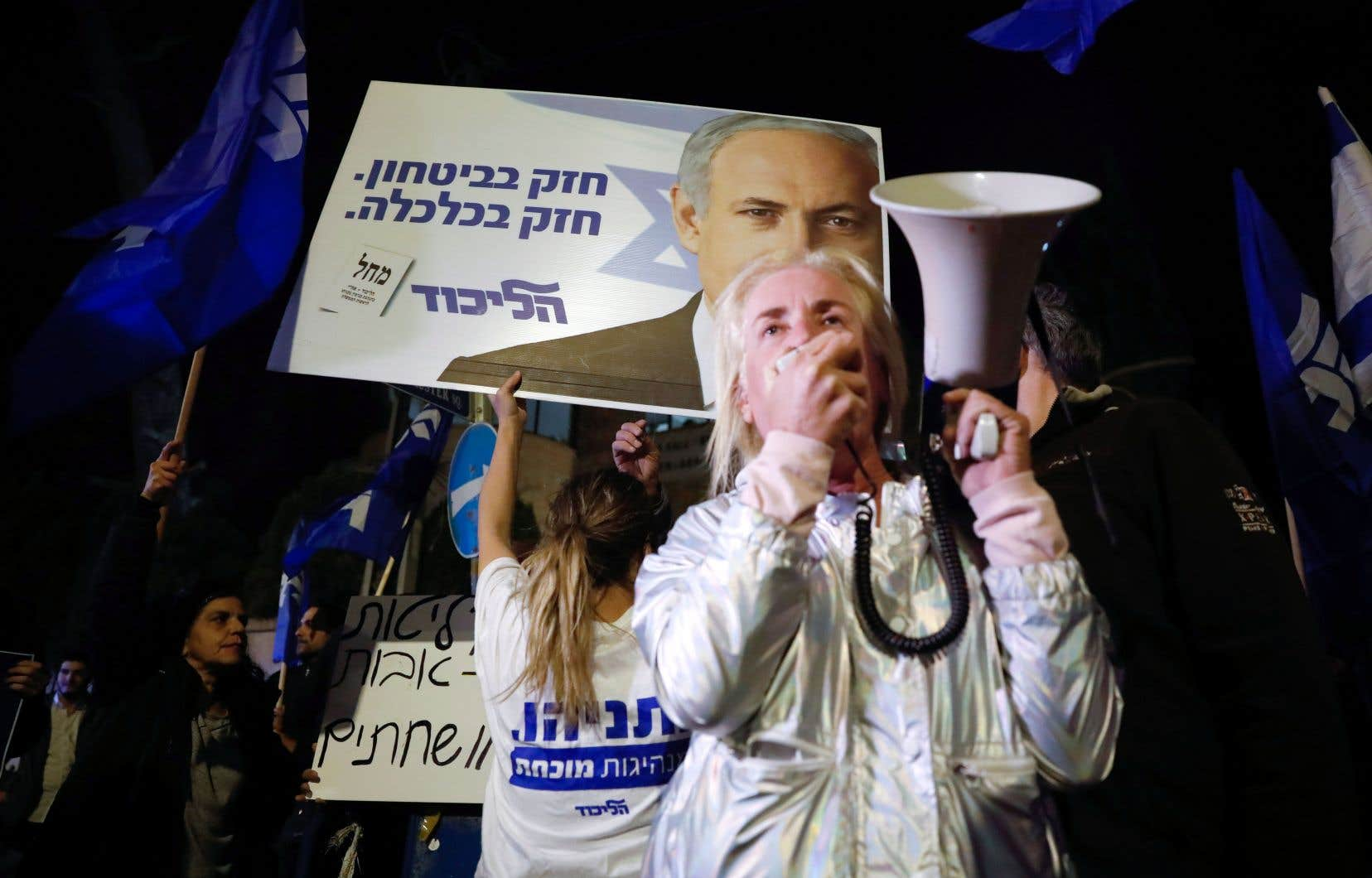 Des partisans de Benjamin Nétanyahou se sont massés devant la résidence du premier ministre, jeudi, pour l'assurer de leur soutien.