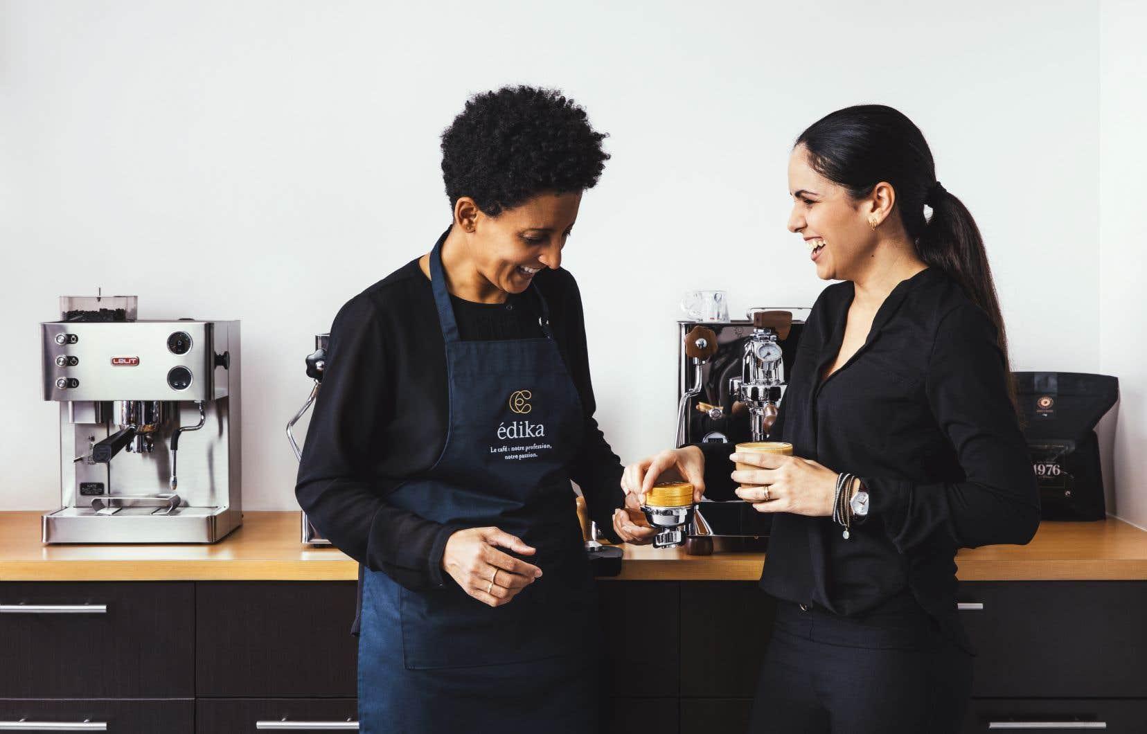 Une barista maison, à gauche, donne sur place des formations spécialisées et refile aux clients les secrets d'un café parfait.