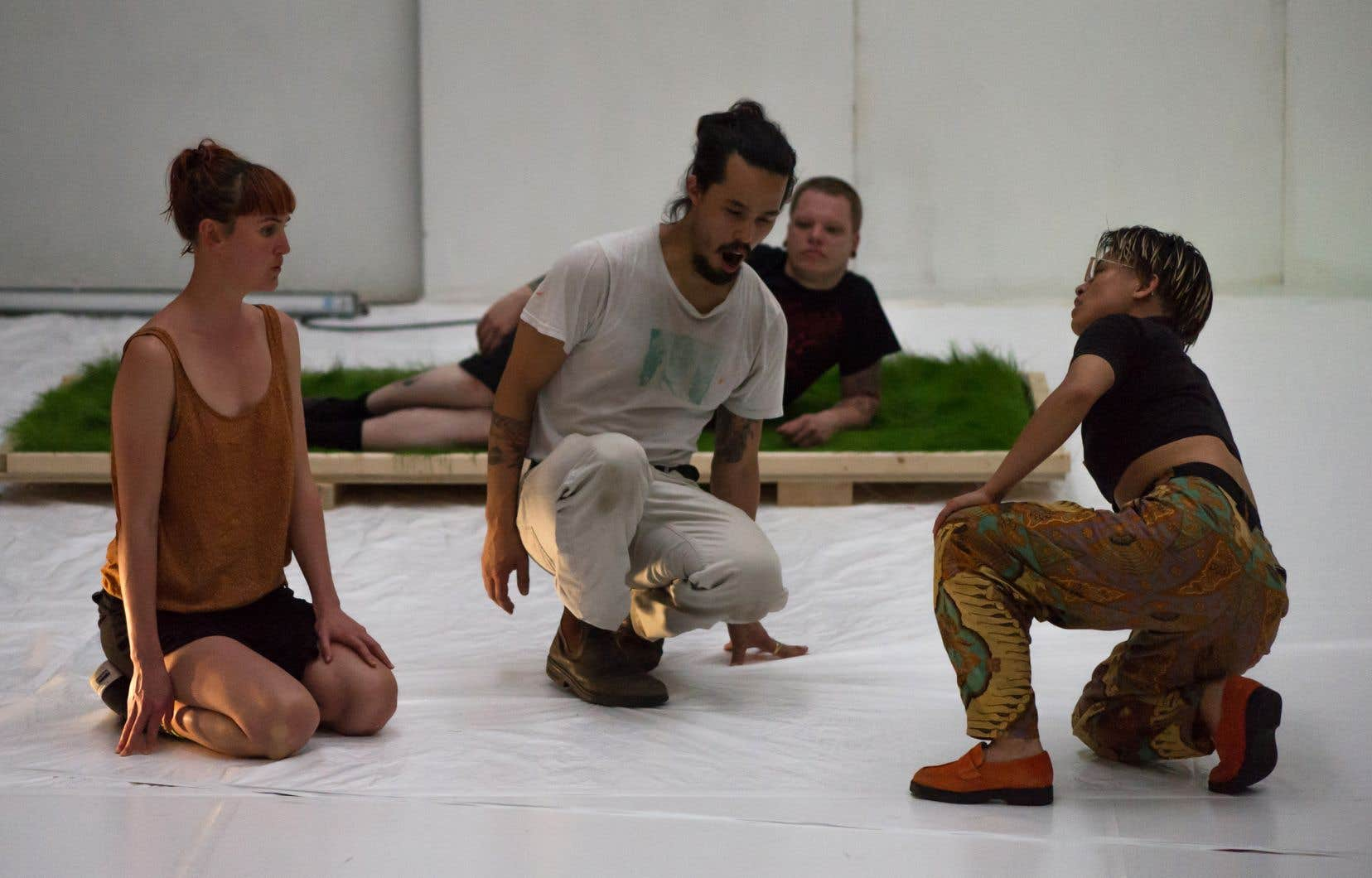 Basé à Montréal, mais menant une carrière internationale, le créateur Benjamin Kamino (au centre) poursuit un travail exploratoire sur les sensations corporelles et leurs manifestations dans le phénomène chorégraphique.