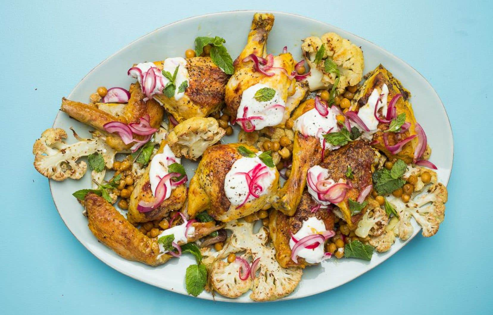Servir le poulet garni de sauce au yaourt et de l'oignon mariné, puis décorer de feuilles de menthe.