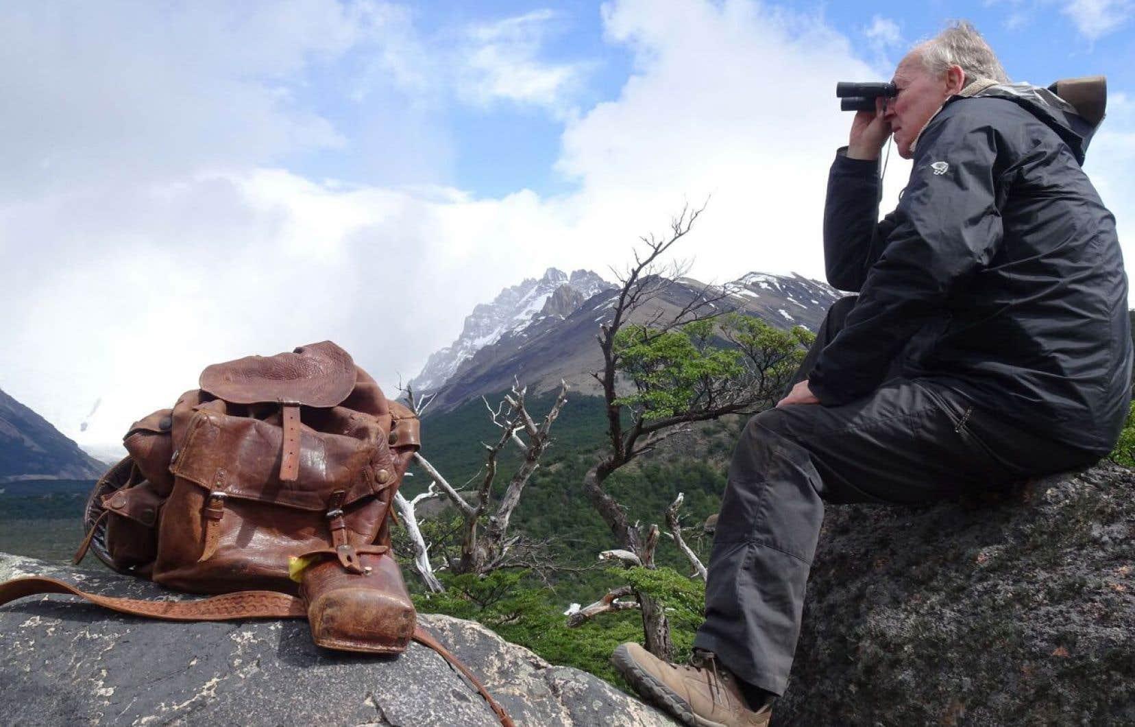 Armé du sac à dos de cuir que Bruce Chatwin lui a légué, Werner Herzog arpente le monde dans les pas de son ami défunt.