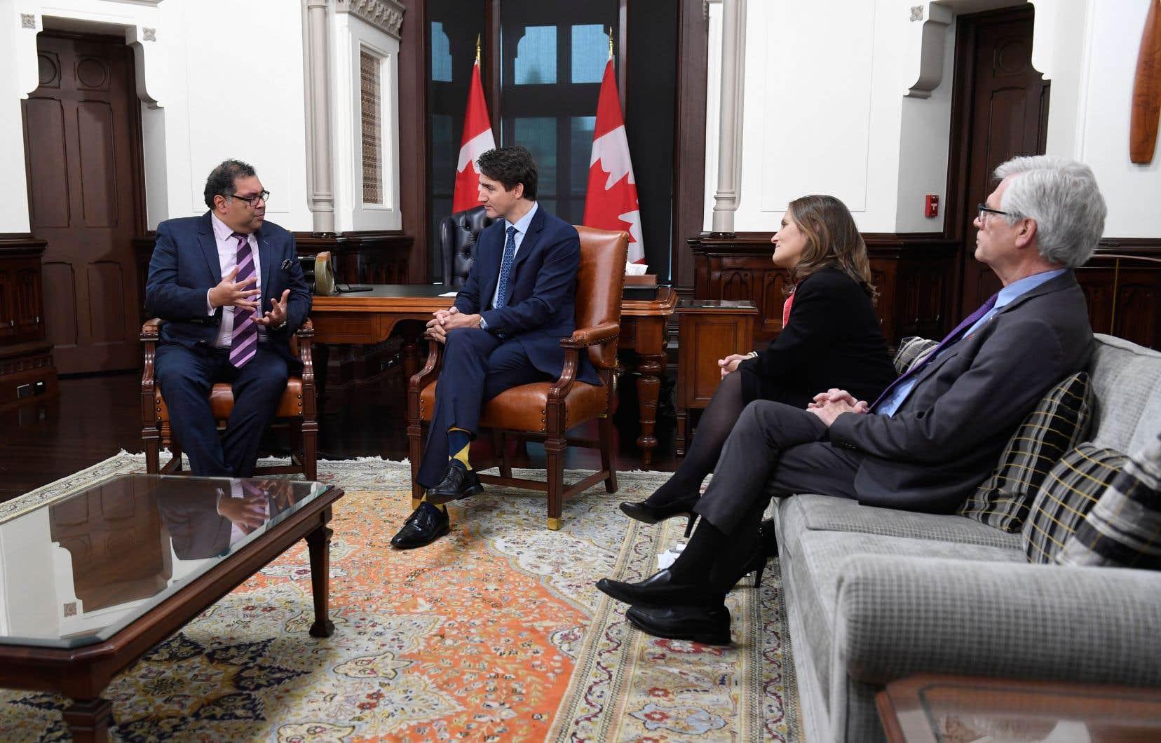 Le premier ministre Justin Trudeau, accompagné de Chrystia Freeland et de Jim Carr, a rencontré jeudi le maire de Calgary, Naheed Nenshi (à gauche), à qui il a confié être disposé à «améliorer» le système d'évaluation environnementale des projets pétroliers.