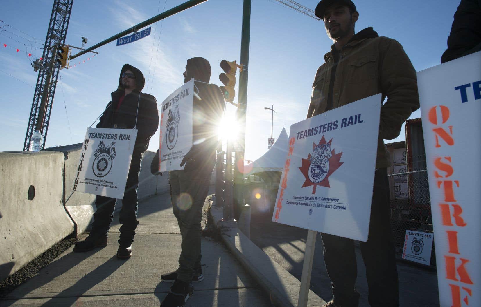Environ 3200 chefs, agents de train et agents de triage du CN, représentés par la Conférence ferroviaire de Teamsters Canada, ont déclenché lundi une grève.