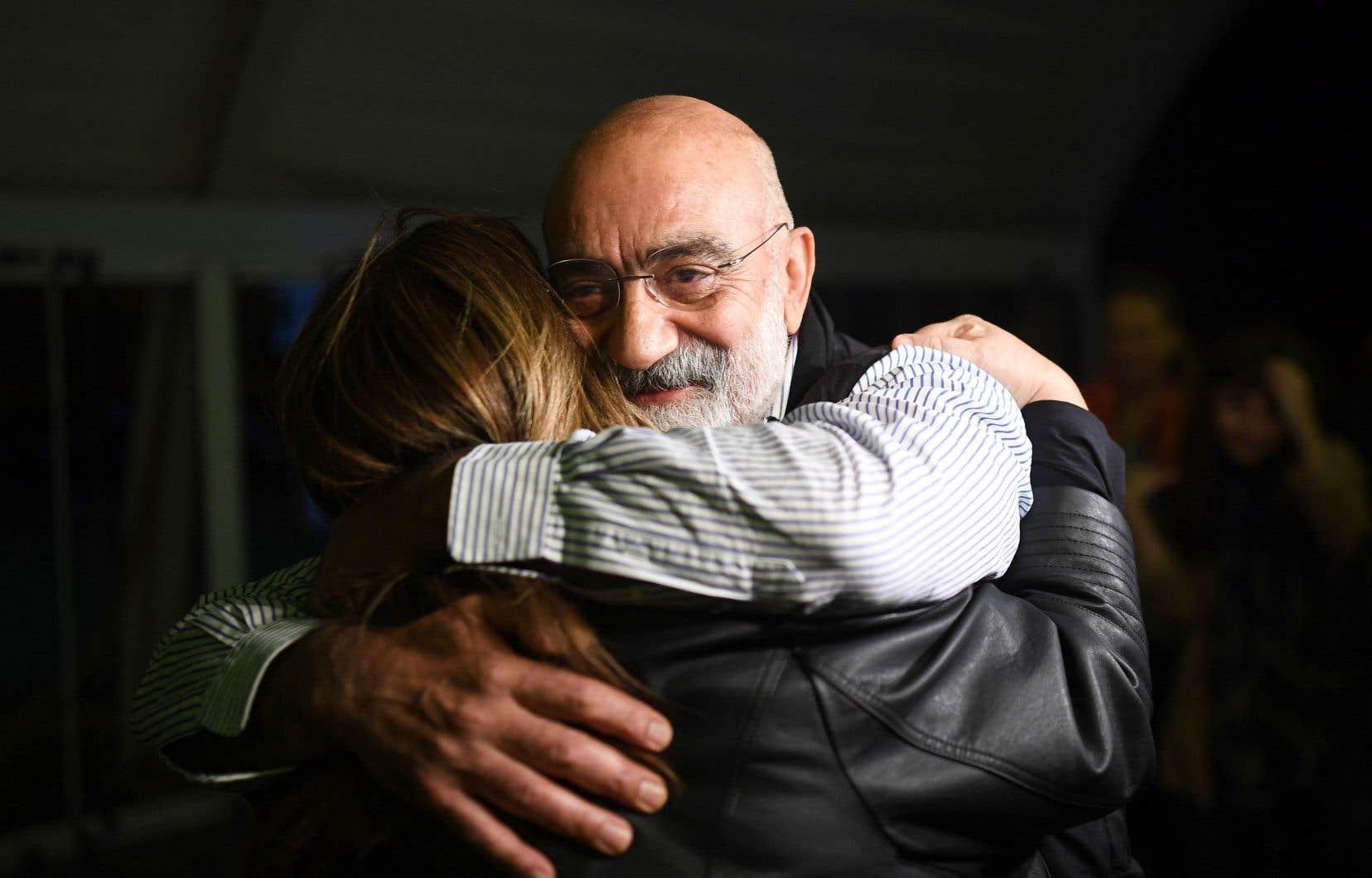 Le journaliste et écrivain turc Ahmet Altan en compagnie d'une amie lors d'une brève semaine de libération au début du mois.