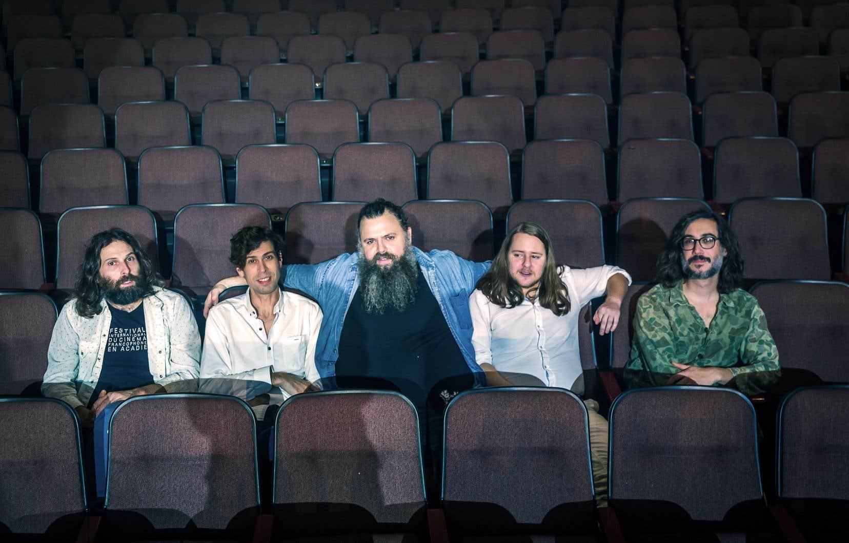 Les Hôtesses d'Hilaires et leur coloré leader Serge Brideau ont animé la soirée avec toute la vibrante spontanéité qu'on leur connaît, récoltant aussi deux prix, ceux de l'Artiste de l'année et de l'Album de l'année — hors Québec (pour l'album-concept «Viens me voir»).