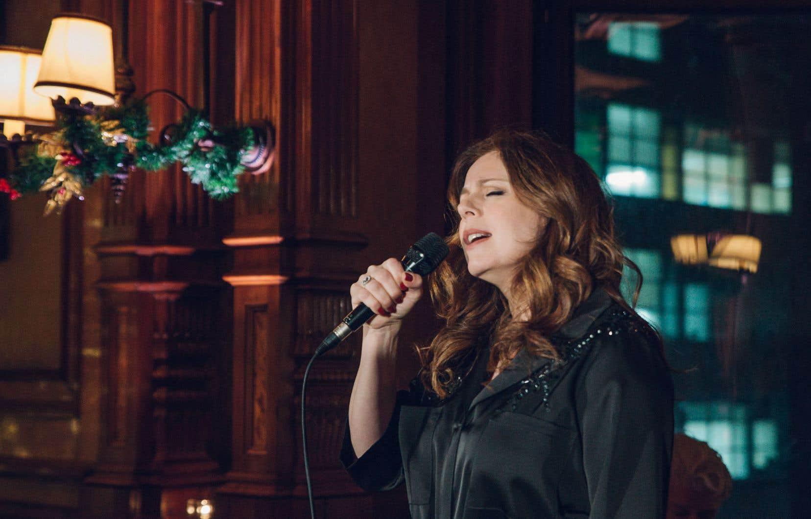 «Je voulais que l'album soit une main dans le dos, que l'on soit en famille, à deux ou seul à attendre Noël…», explique Isabelle Boulay.
