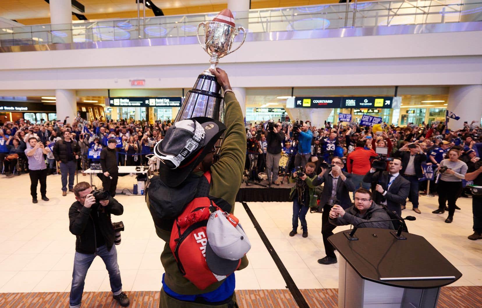 Des partisans des Blue Bombers de Winnipeg ont envahi l'aire des arrivées de l'aéroport pour accueillir leurs champions.