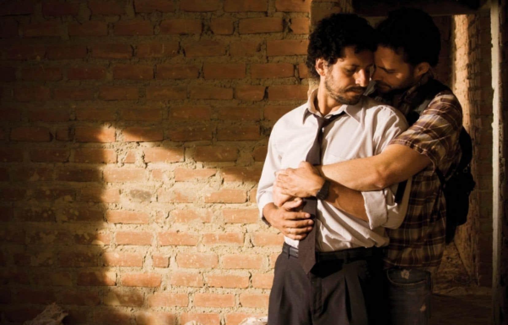 Contracorriente relate les déboires de Miguel, un pêcheur dont l'épouse Mariela accouchera sous peu de leur premier enfant au moment même où Santiago, l'amant de Miguel, s'impatiente...<br />