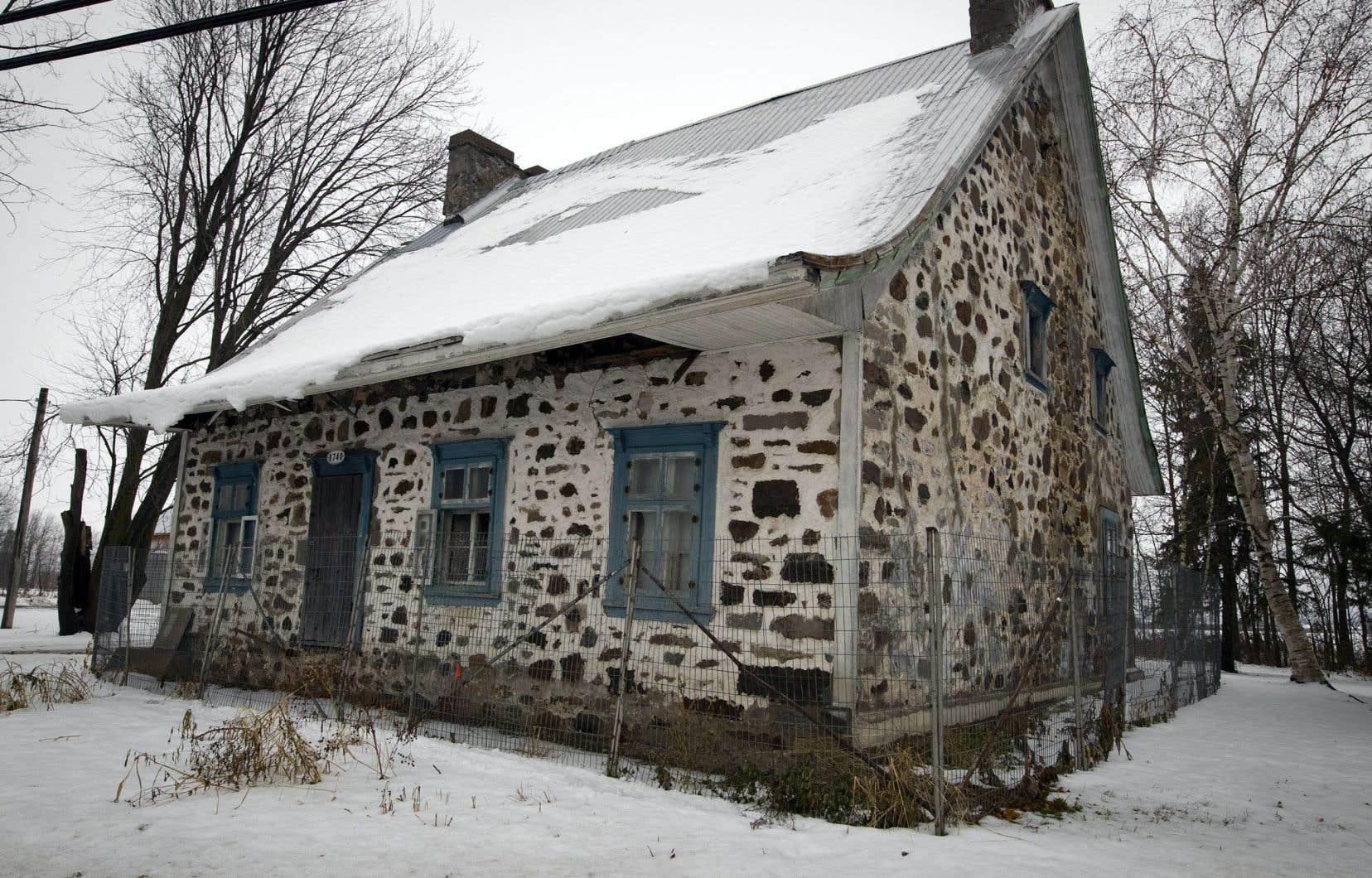 Située sur le boulevard des Mille-Îles à Laval, la maison Charbonneau a été construite en 1736.